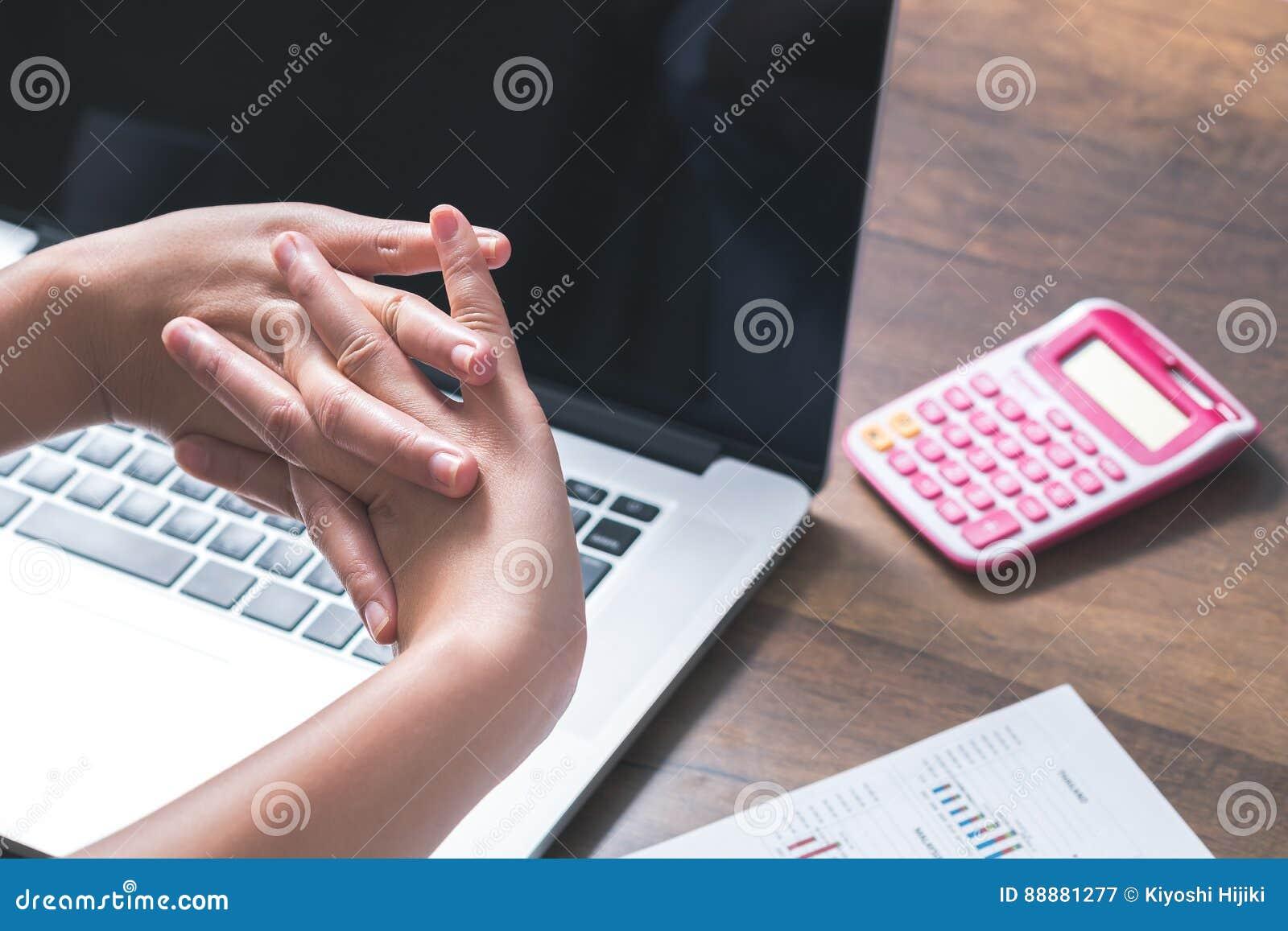 妇女舒展在她的手办公桌