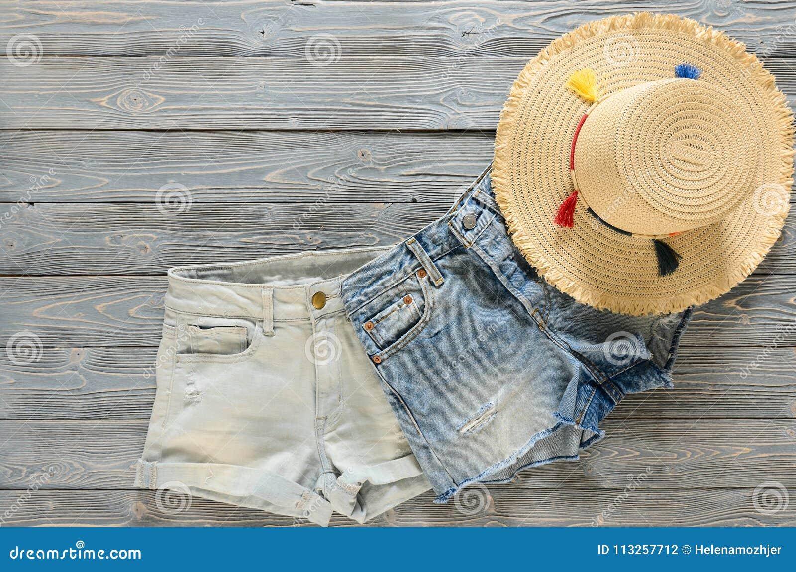 妇女衣物,辅助部件两牛仔布短裤,在gr的草帽
