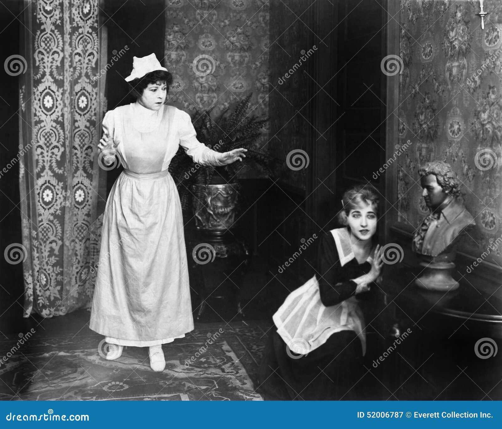 妇女被捉住的窃听在门(所有人被描述不更长生存,并且庄园不存在 供应商的保单
