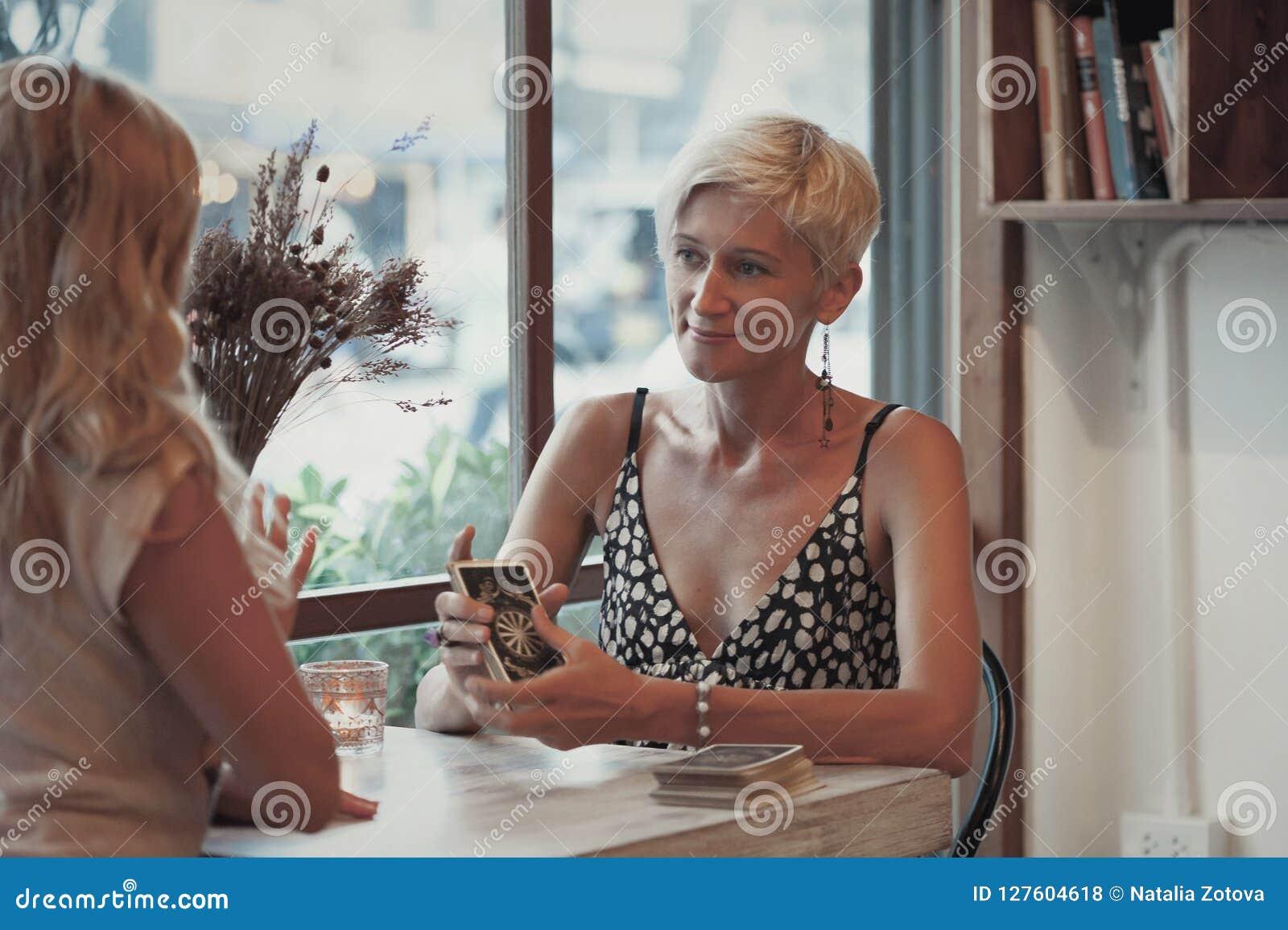 妇女读占卜用的纸牌