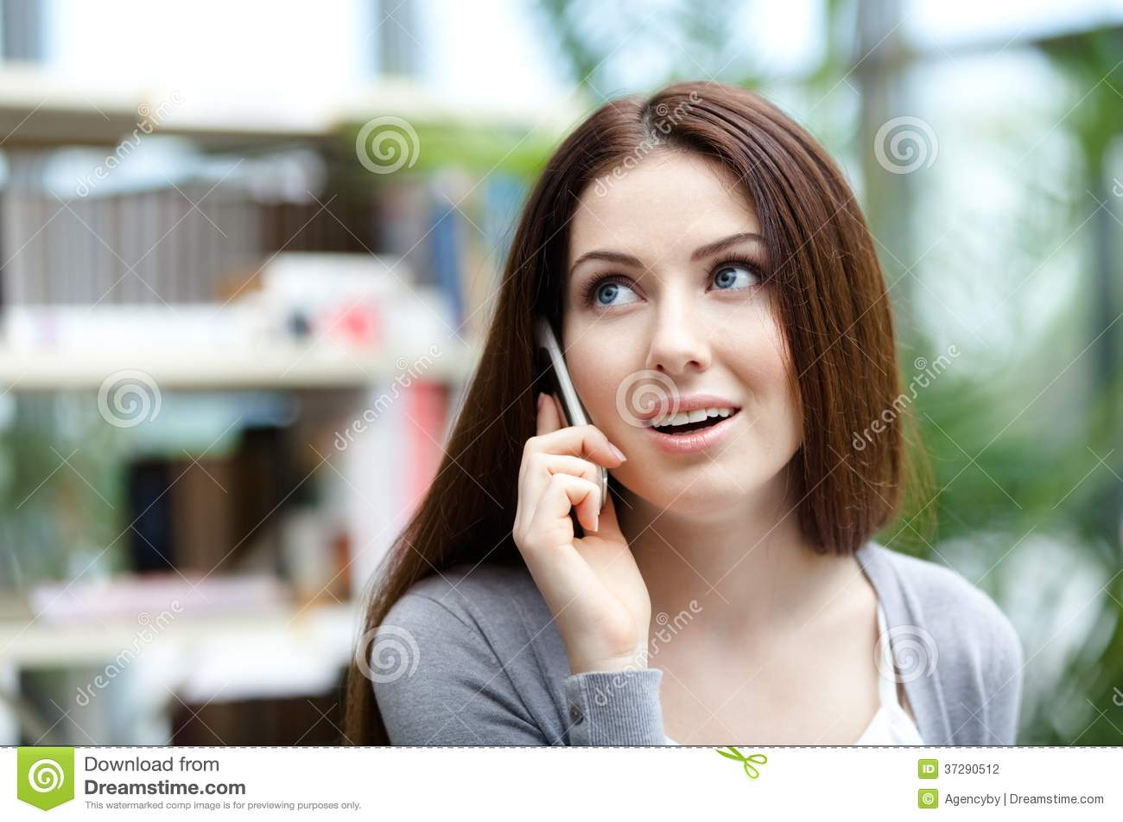妇女谈话在手机