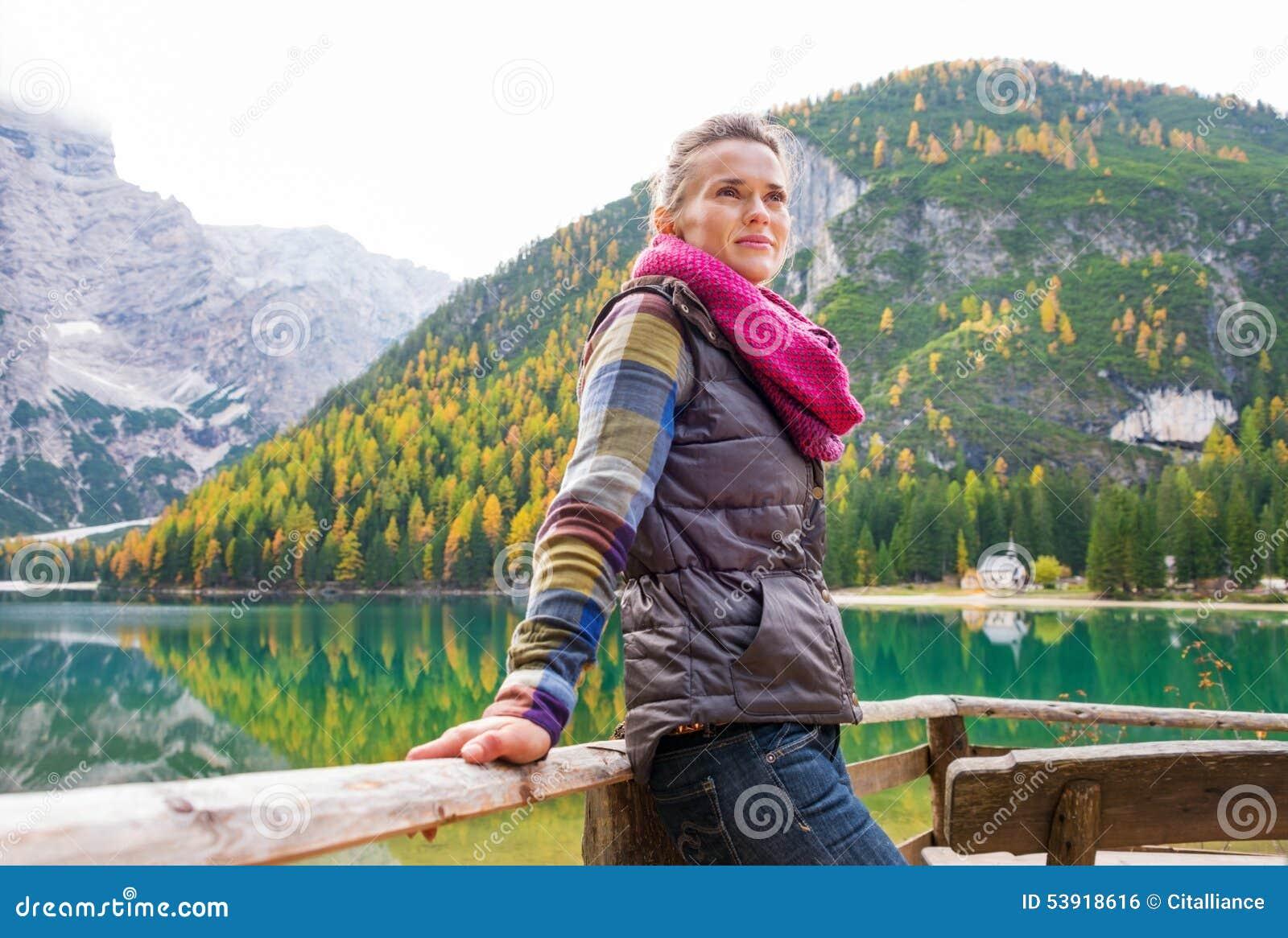妇女远足者休息,面对远离湖Bries