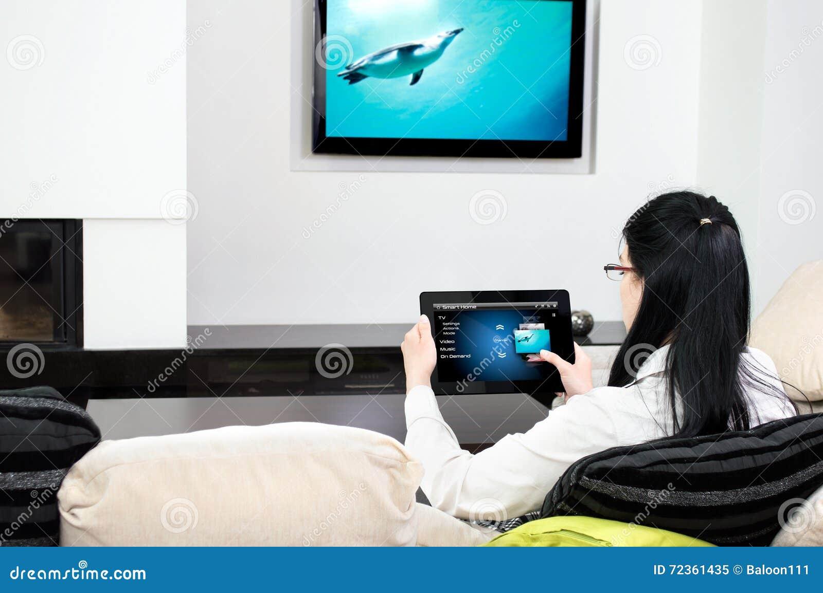 妇女选择电视频道