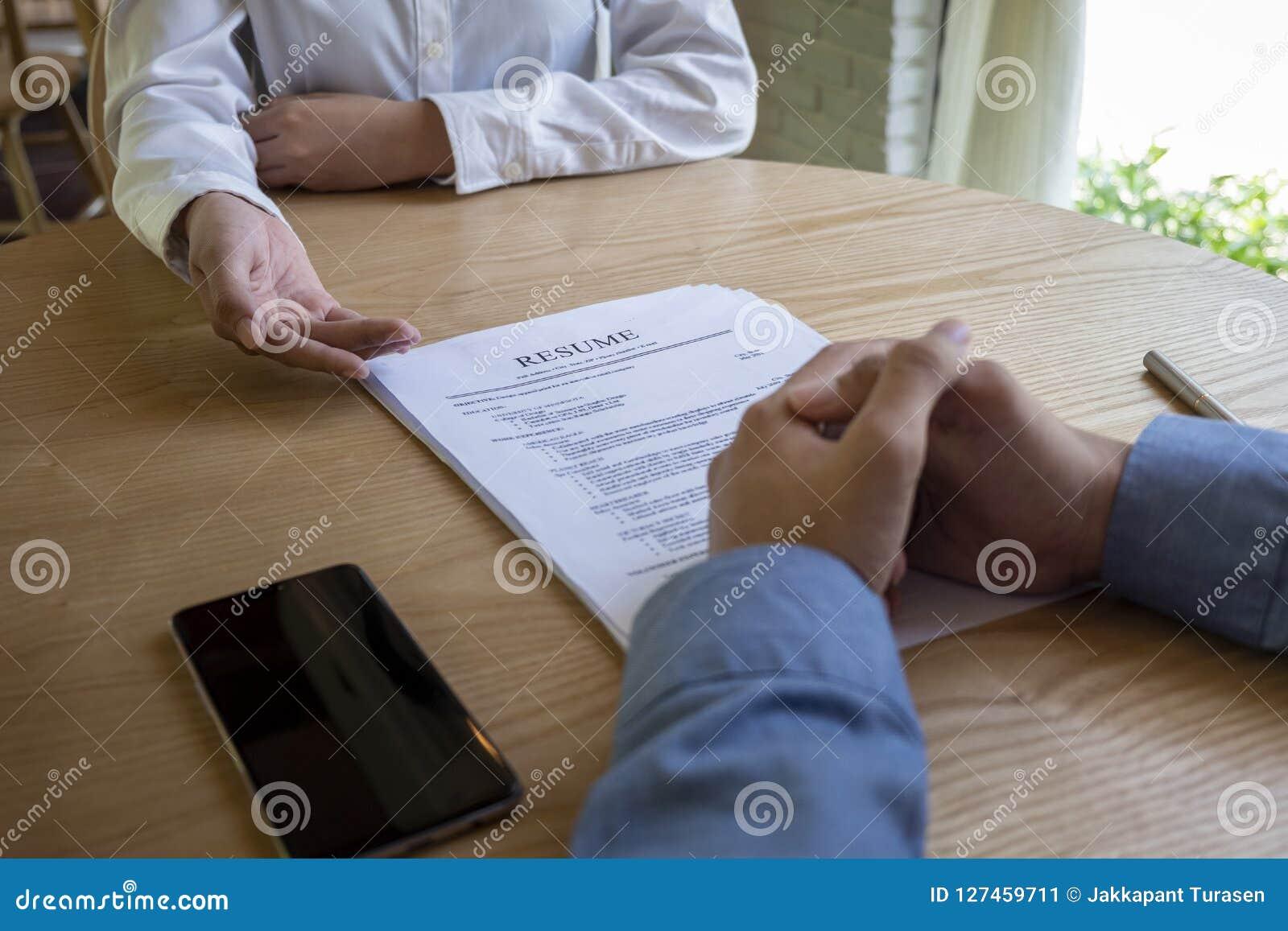 妇女递交工作申请书,读简历的采访者