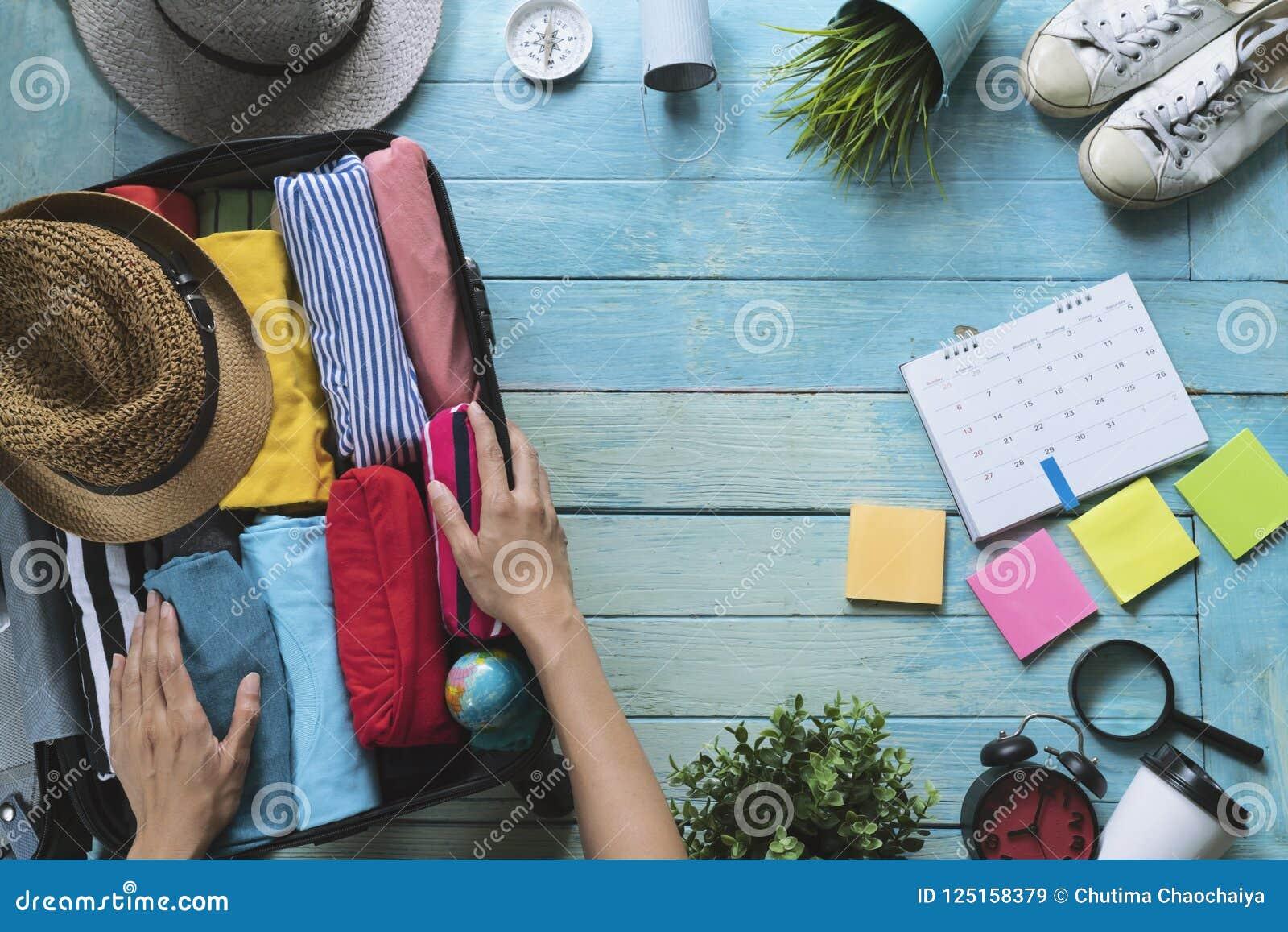 妇女递包装行李