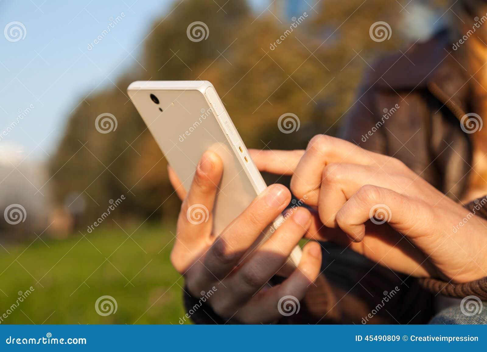妇女递拿着智能手机