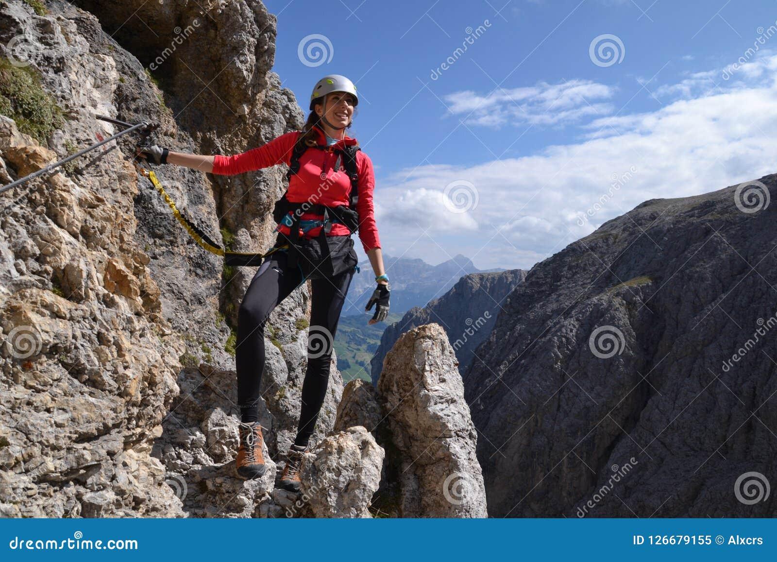 妇女通过在山的ferrata
