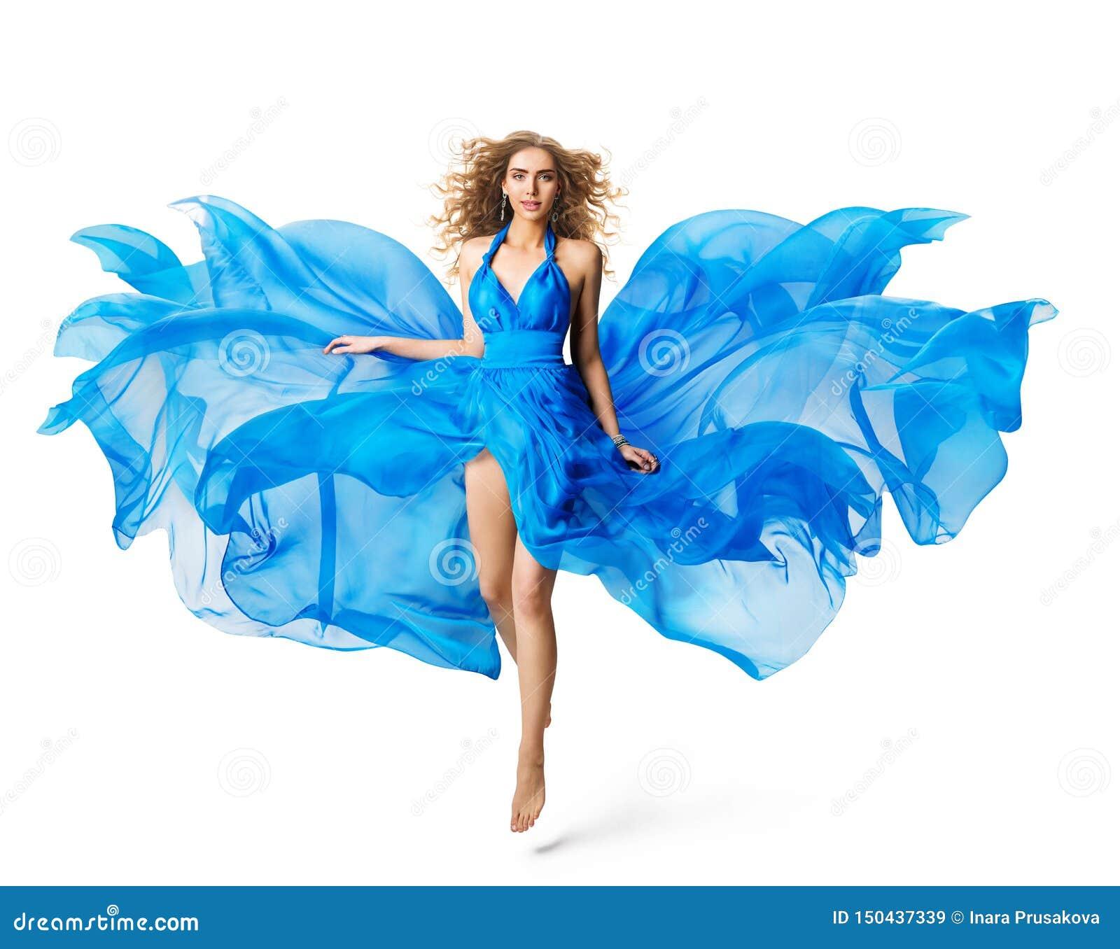 妇女飞行蓝色礼服,浮动在丝绸在白色的褂子挥动的布料的时装模特儿
