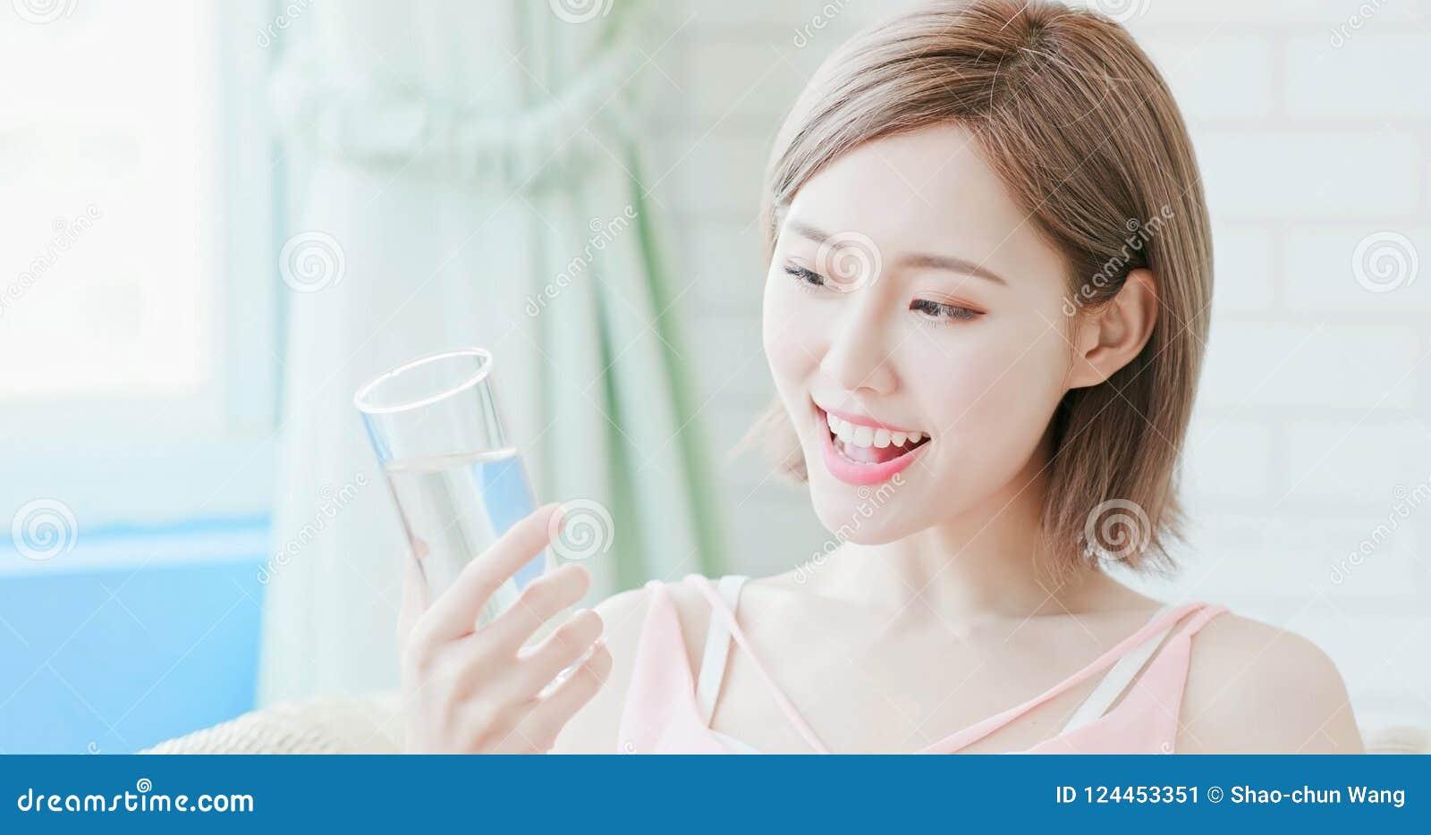 妇女饮料水