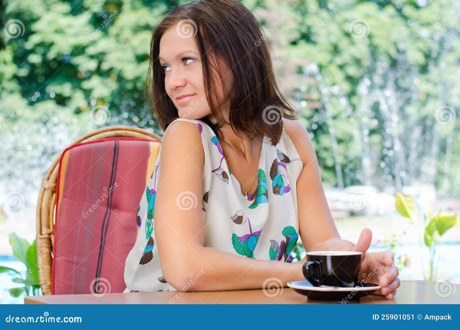 妇女饮用的咖啡户外