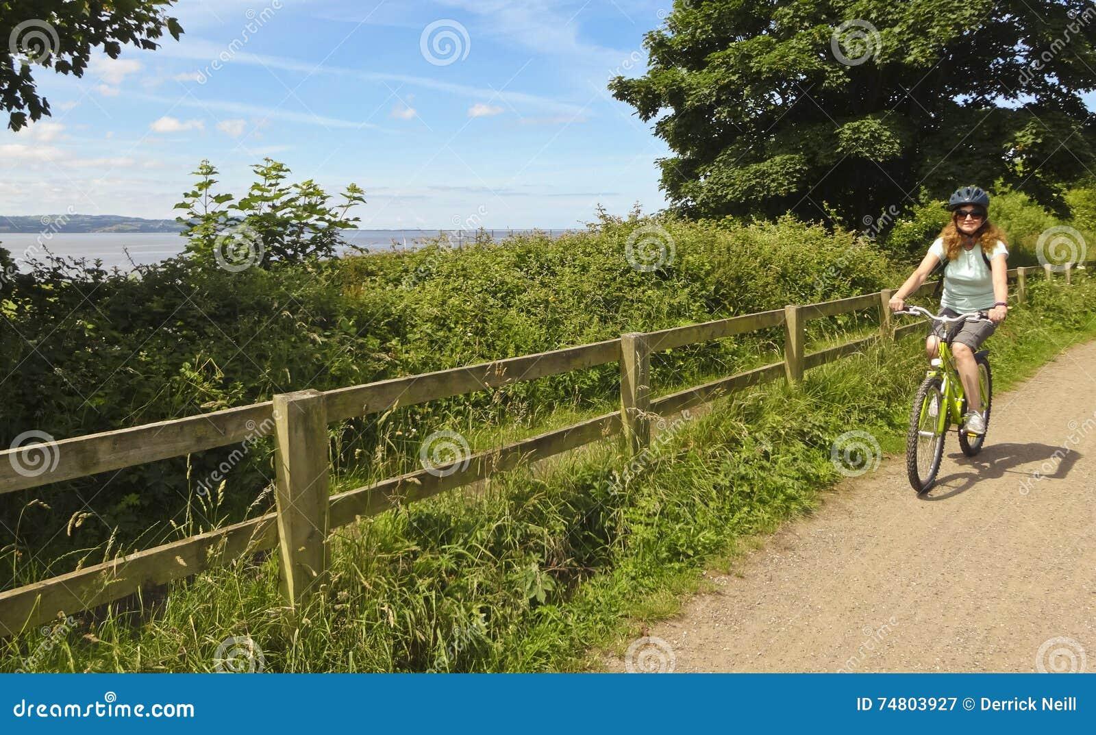 妇女骑自行车Wirral方式,西部柯尔比