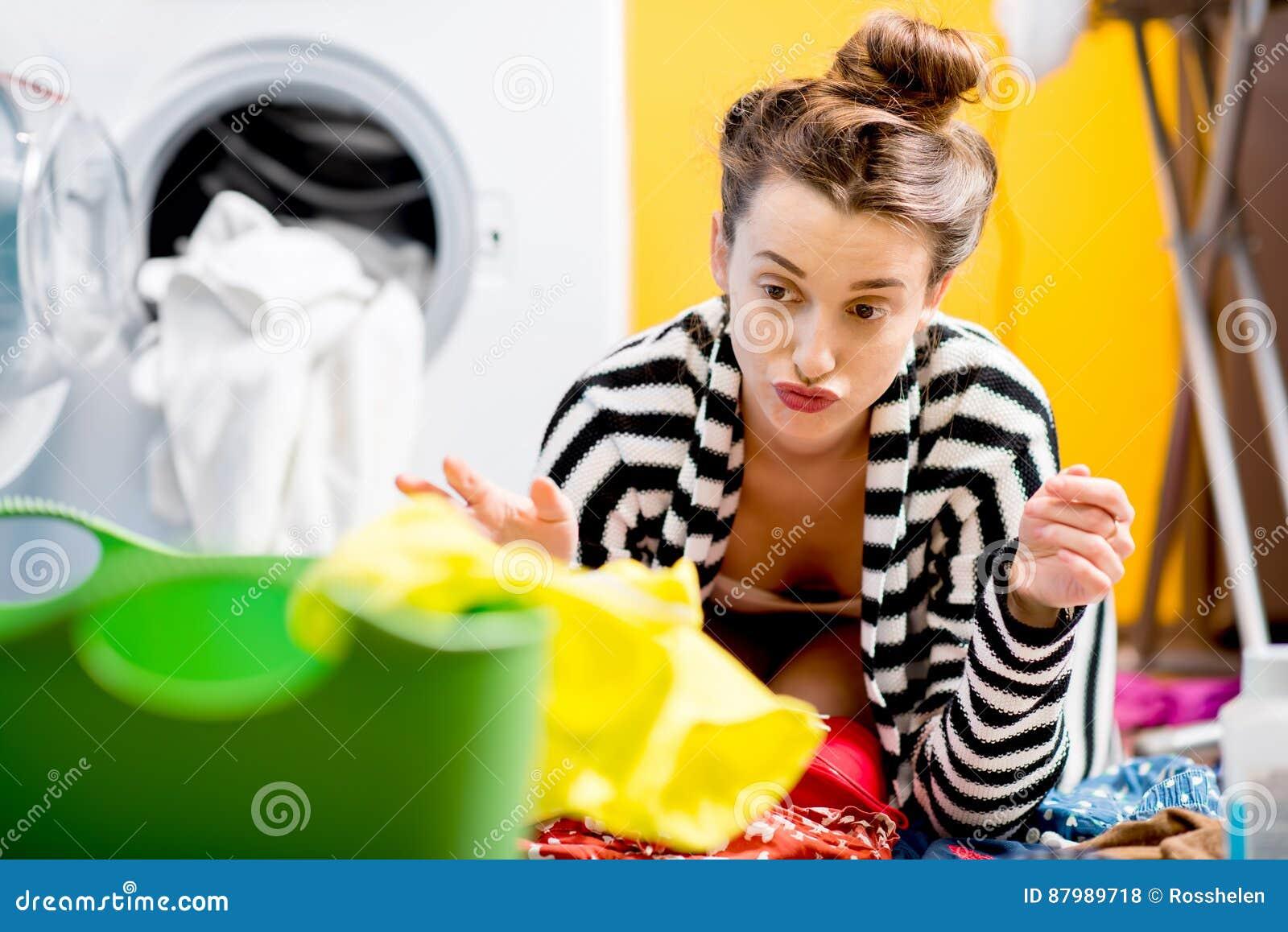 妇女洗涤的衣裳在家
