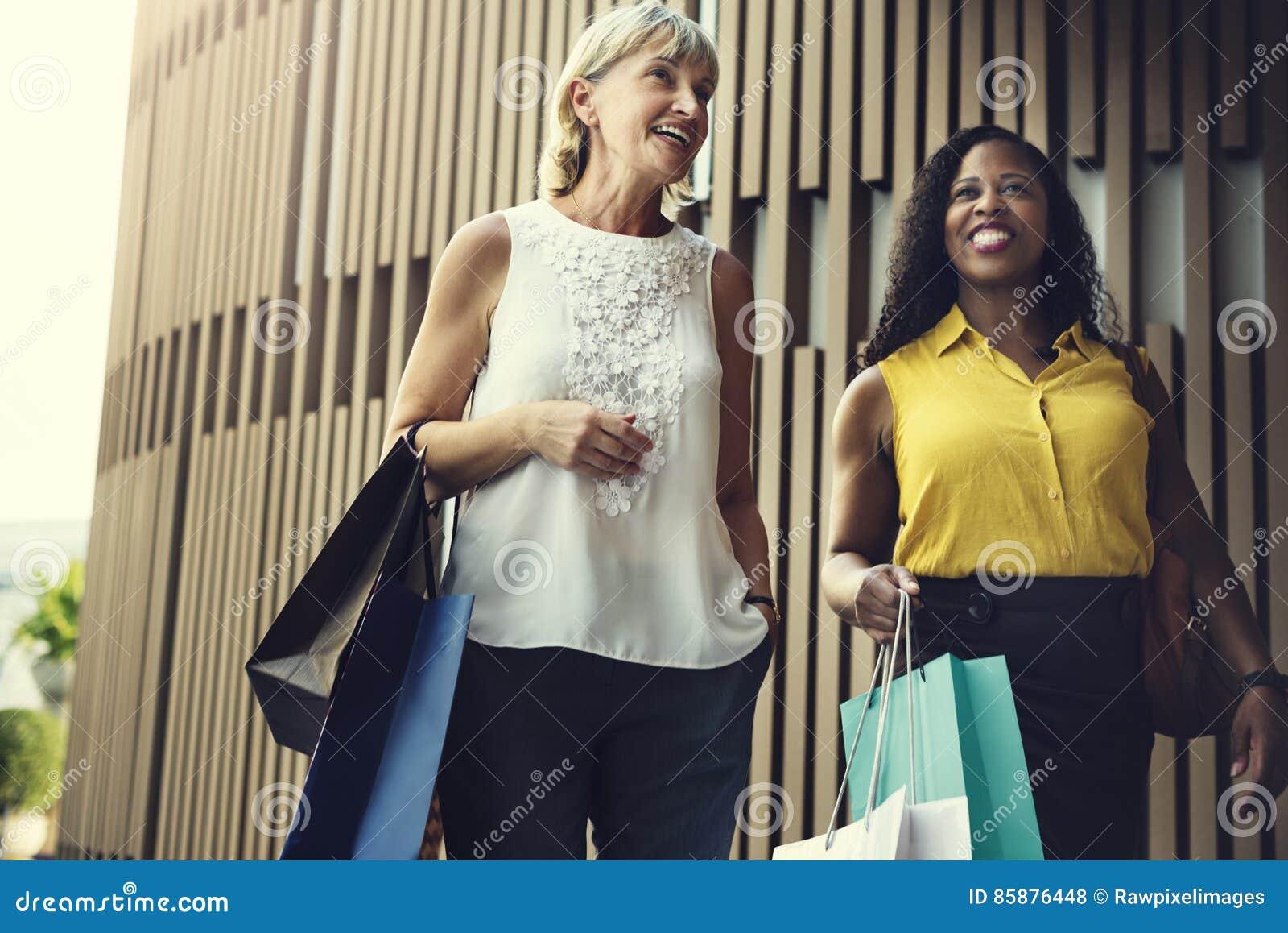 妇女阴物购物放松概念