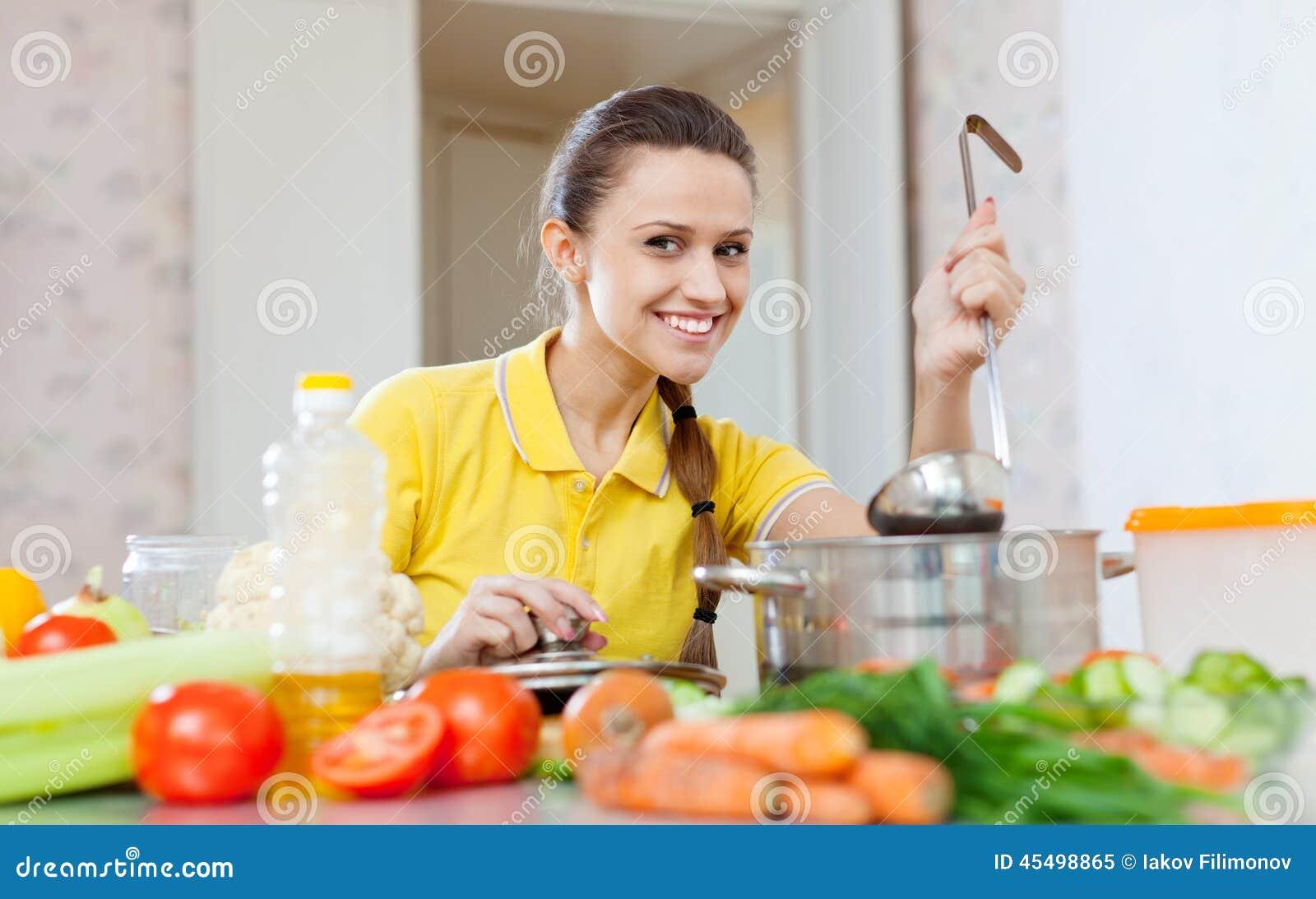 妇女以黄色测试食物