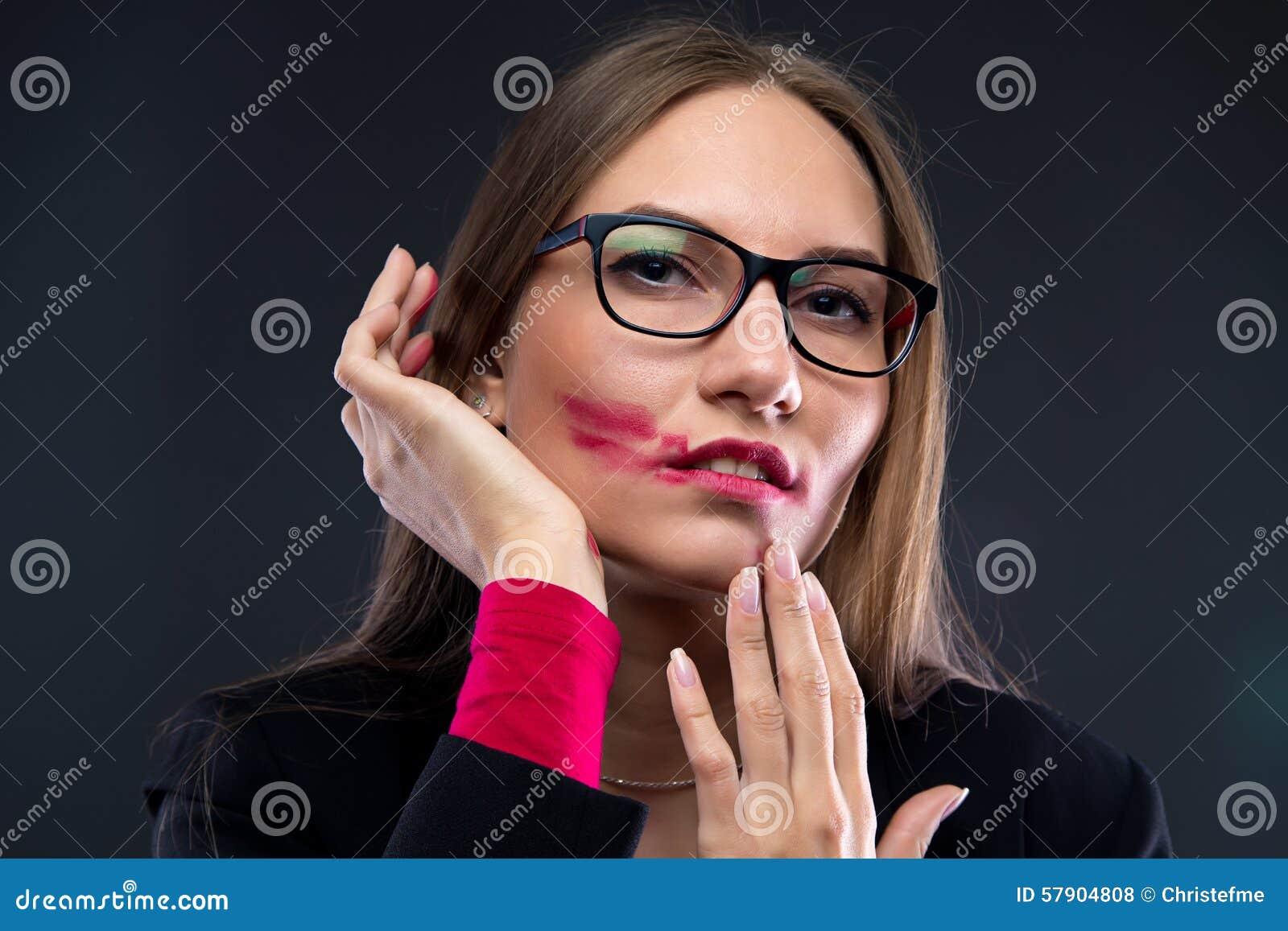 妇女画象有被弄脏的唇膏的