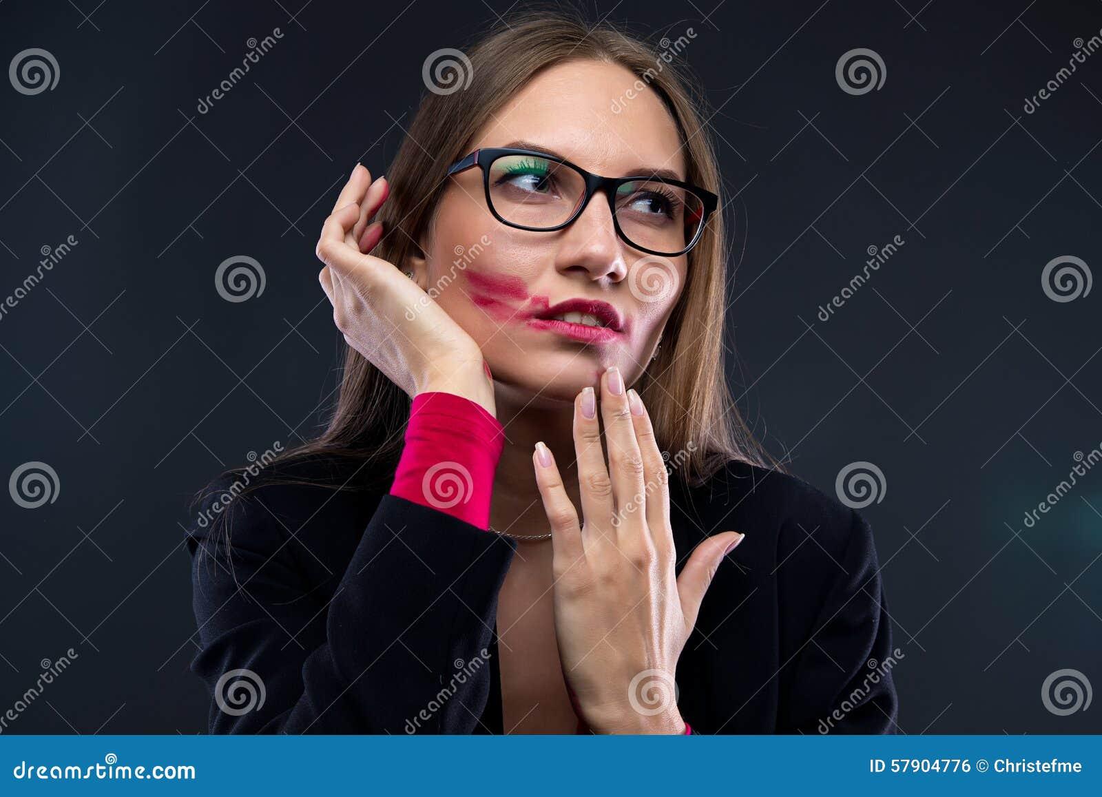 妇女画象有被弄脏的红色唇膏的