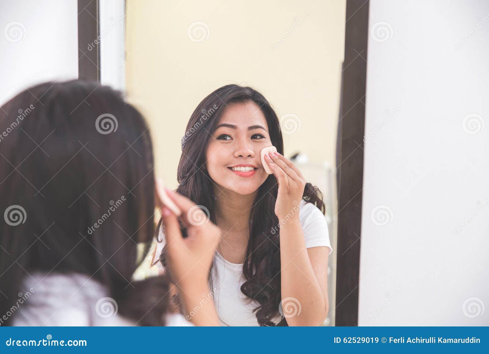 妇女去除由她的面孔组成