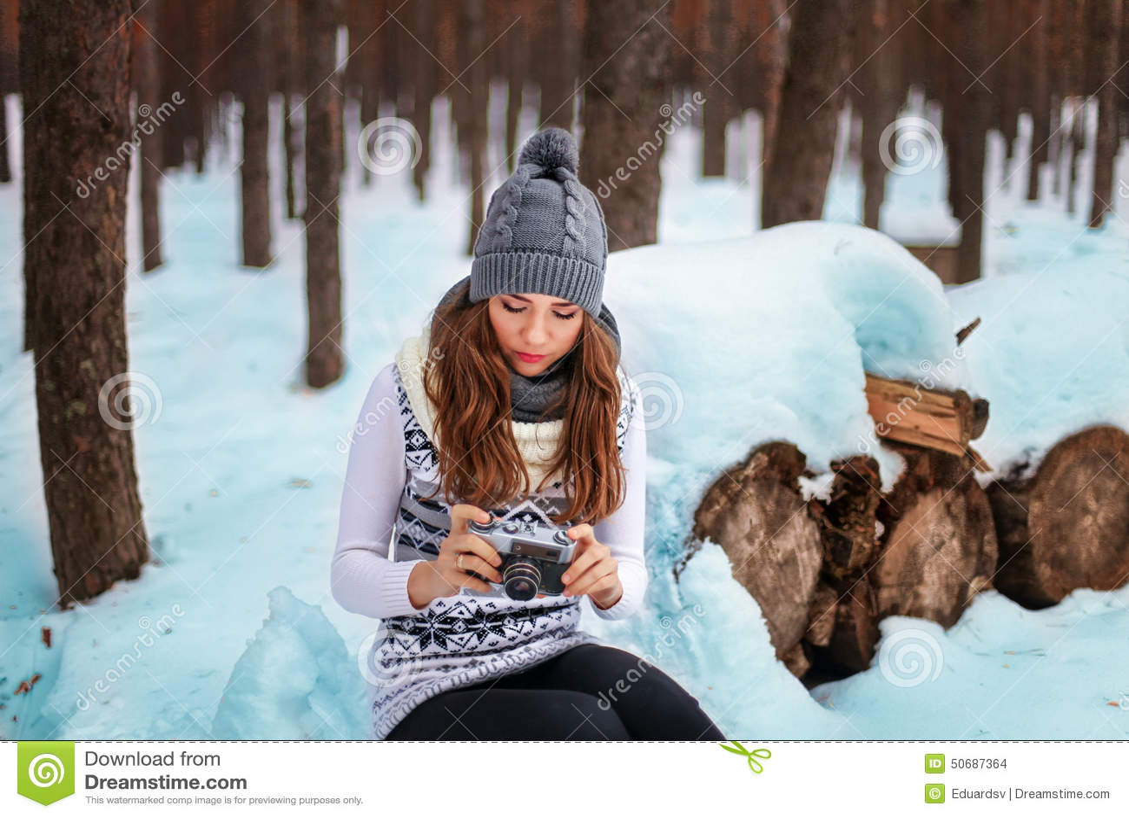 Download 妇女 库存照片. 图片 包括有 设计, beautifuler, 公园, 乐趣, 帽子, 女孩, 背包, 女性 - 50687364