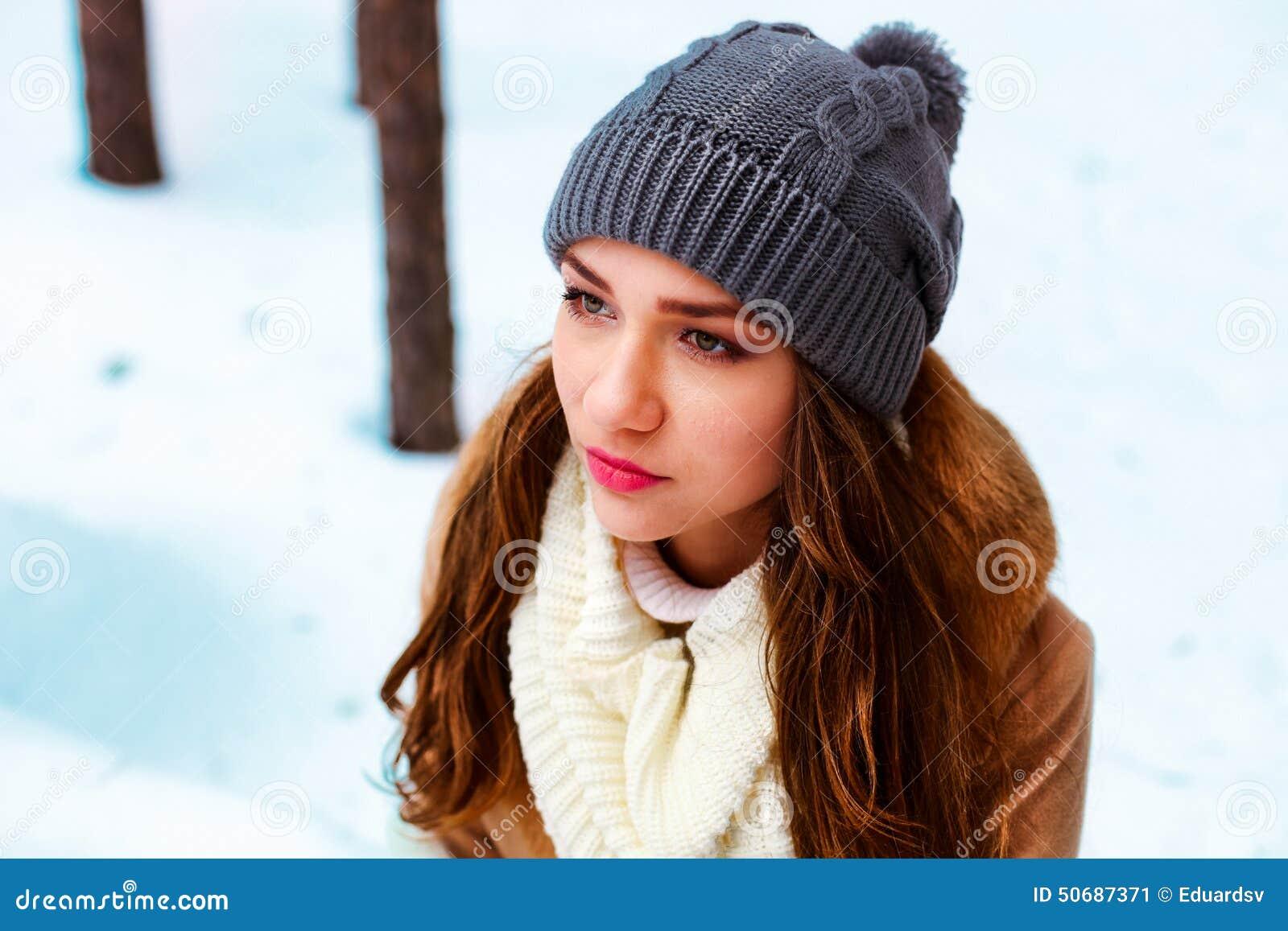 Download 妇女 库存图片. 图片 包括有 设计, 衣物, brunhilda, 人们, 冬天, 帽子, 逗人喜爱, 妇女 - 50687371