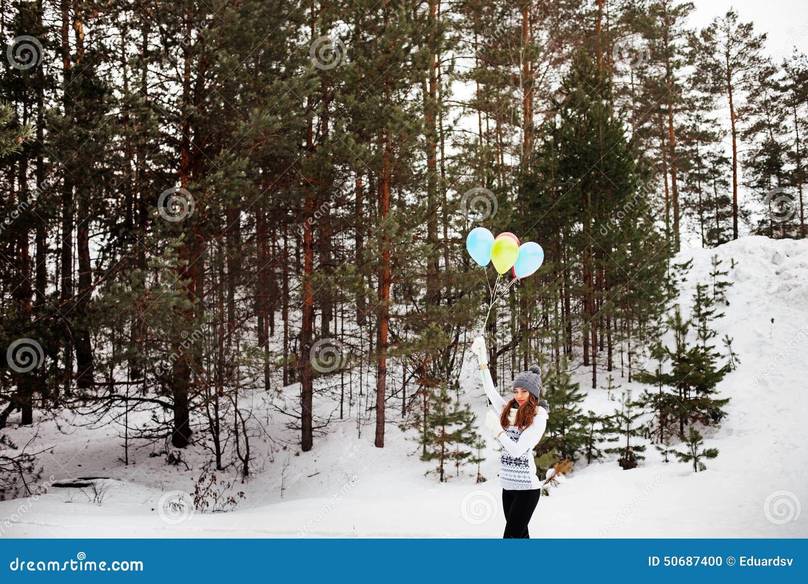 Download 妇女 库存照片. 图片 包括有 航空, 人员, 生活方式, 季节, 公园, 人力, 衣物, 森林, 室外 - 50687400