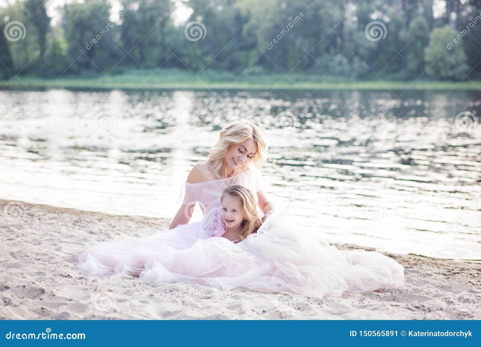 妈妈使用与她的孩子一个假期由湖 家庭生活方式和爱概念 有的母亲和的女儿嫩片刻o