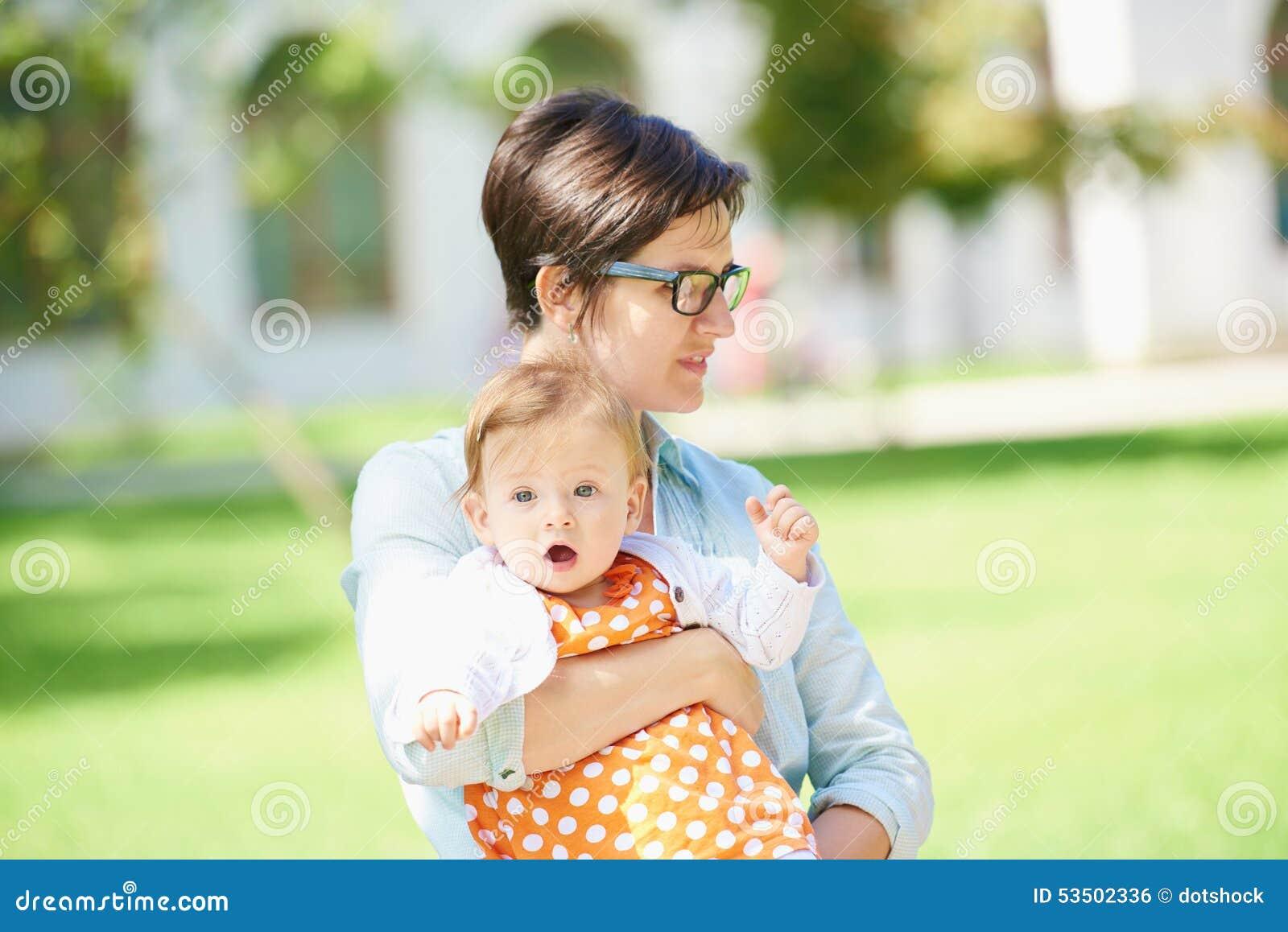 妈妈和婴孩本质上