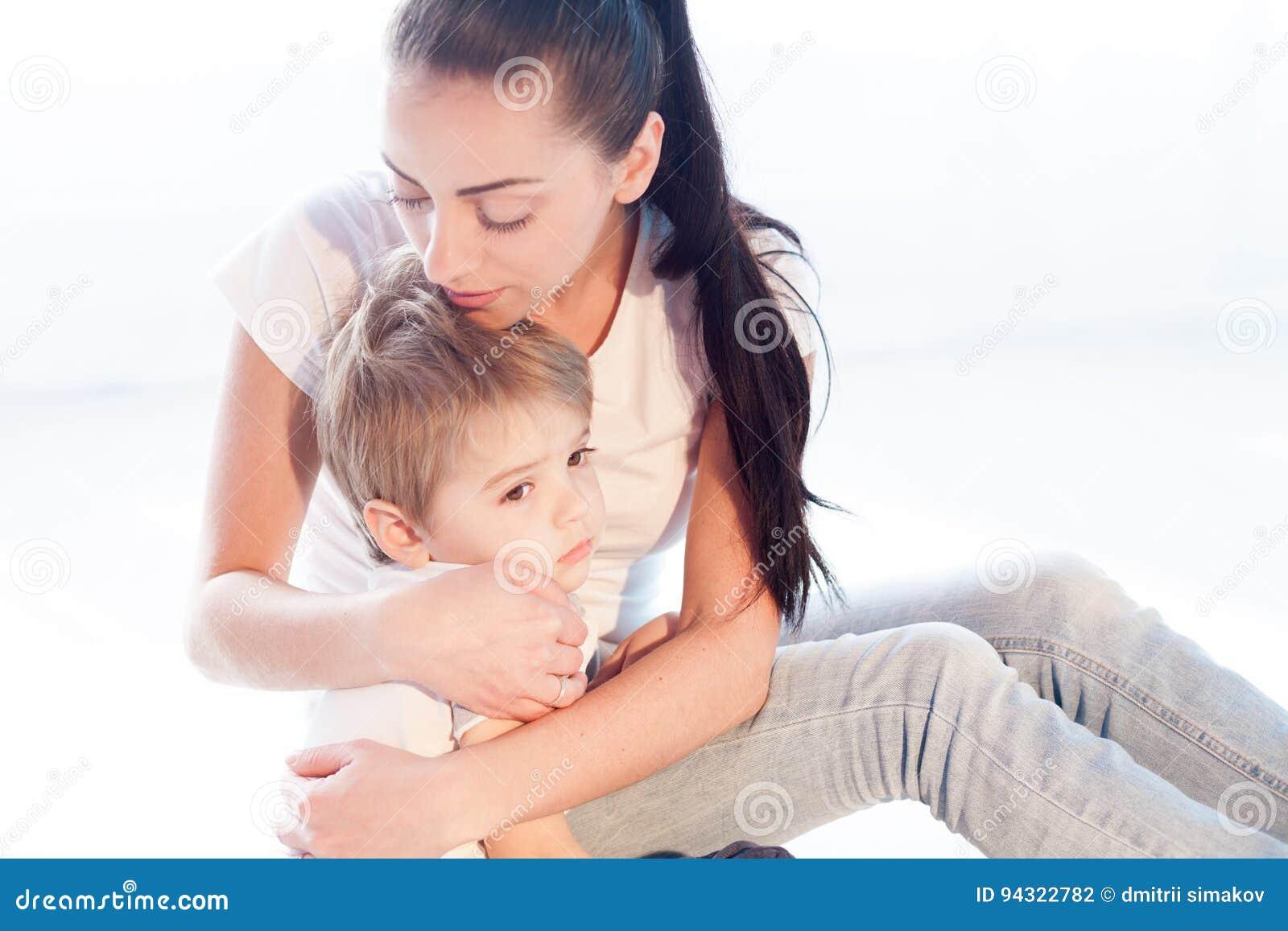 妈妈拥抱她的儿子悲伤爱