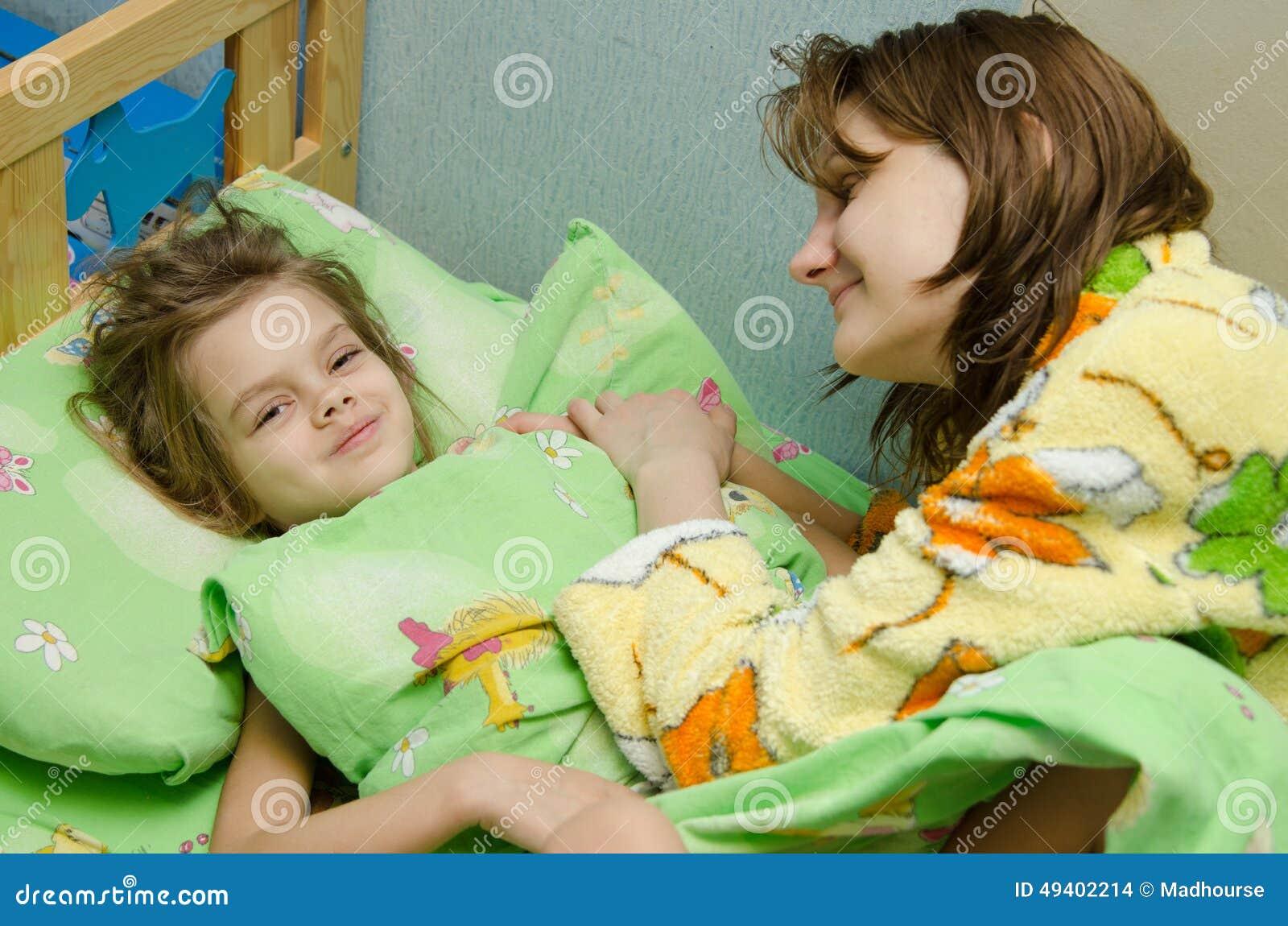 妈妈早晨叫醒她的女儿