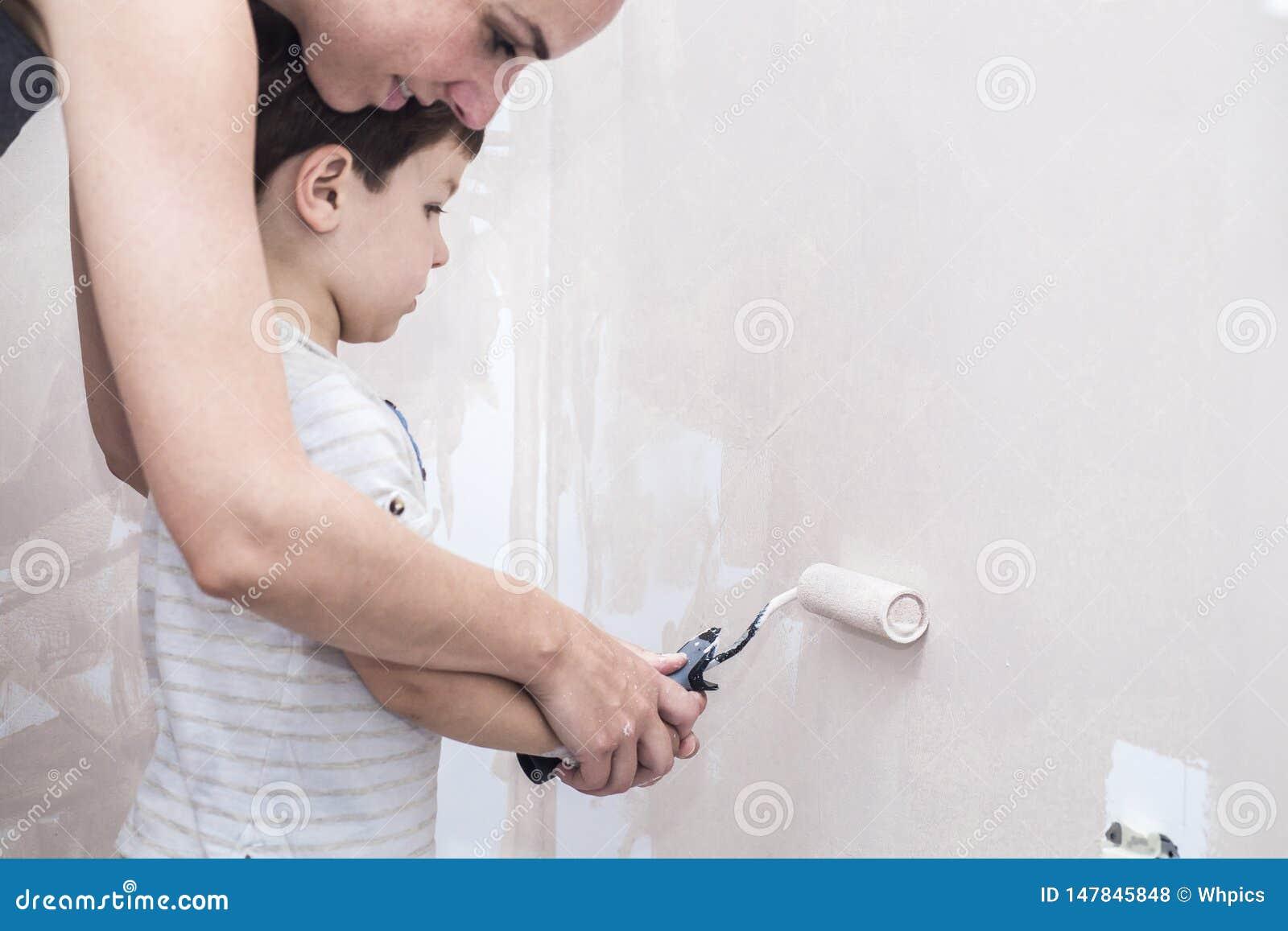 妈妈teachs她的3年与路辗的儿子绘画在家