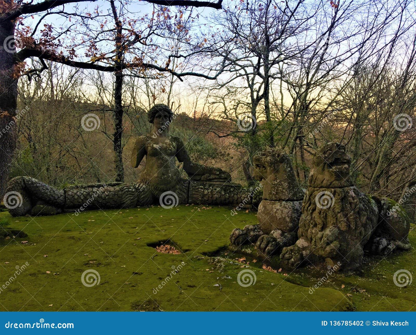 妖怪的公园,神圣的树丛,博马尔佐庭院  与警报器的狮子和雌狮休息
