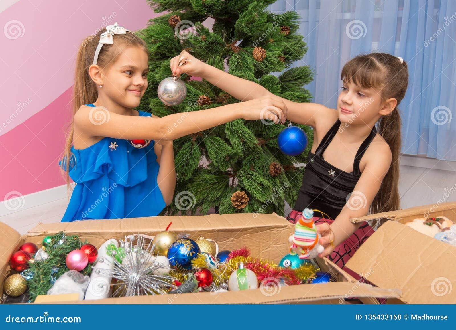 姐妹互相显示圣诞节球