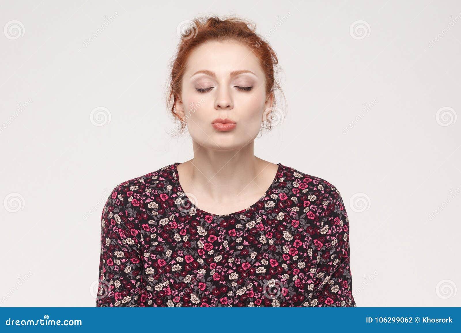 姜妇女,闭合的眼睛画象和送空气亲吻在凸轮