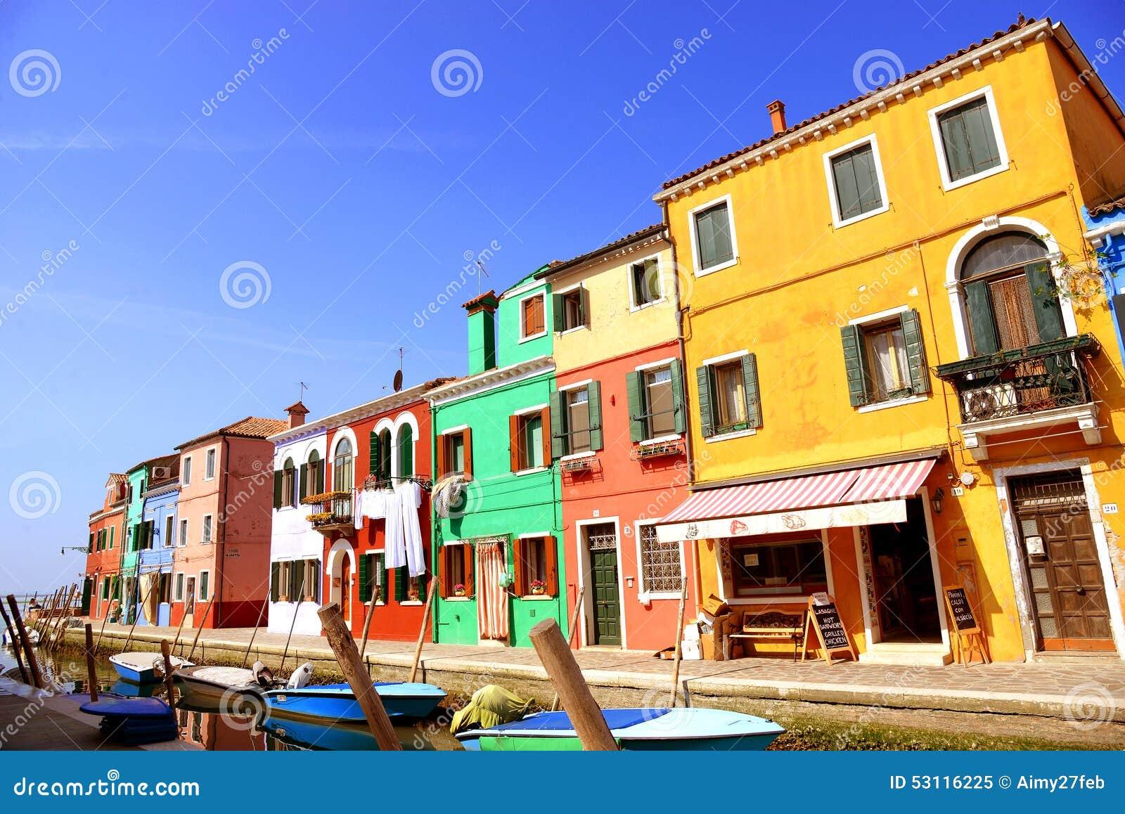 威尼斯地标, Burano海岛运河、五颜六色的房子和小船,意大利