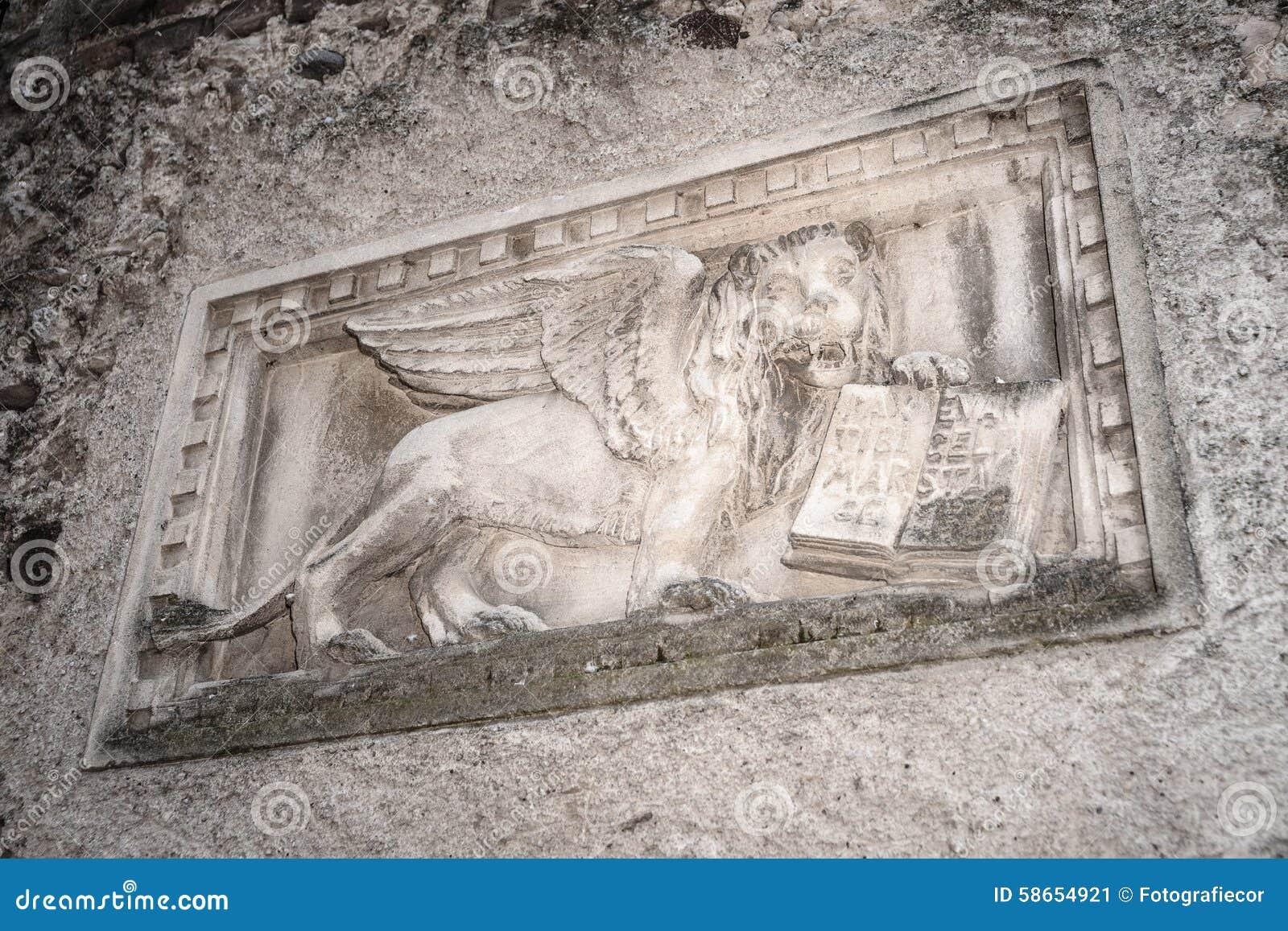 威尼斯式狮子的石浅浮雕在拉齐塞,意大利的.图片