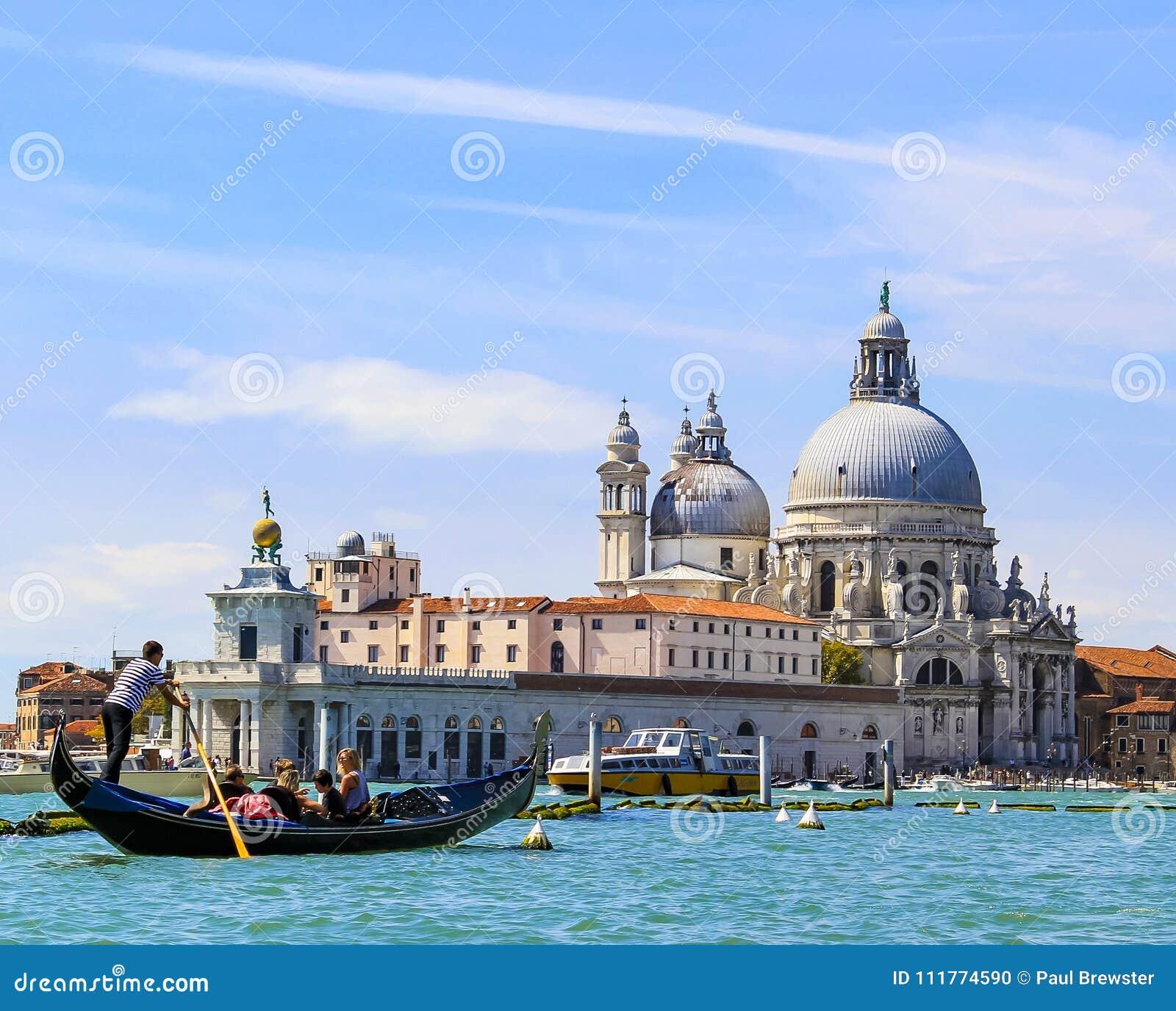 威尼斯意大利重创的运河、长平底船和建筑学 basilica della di玛丽亚致敬圣诞老人