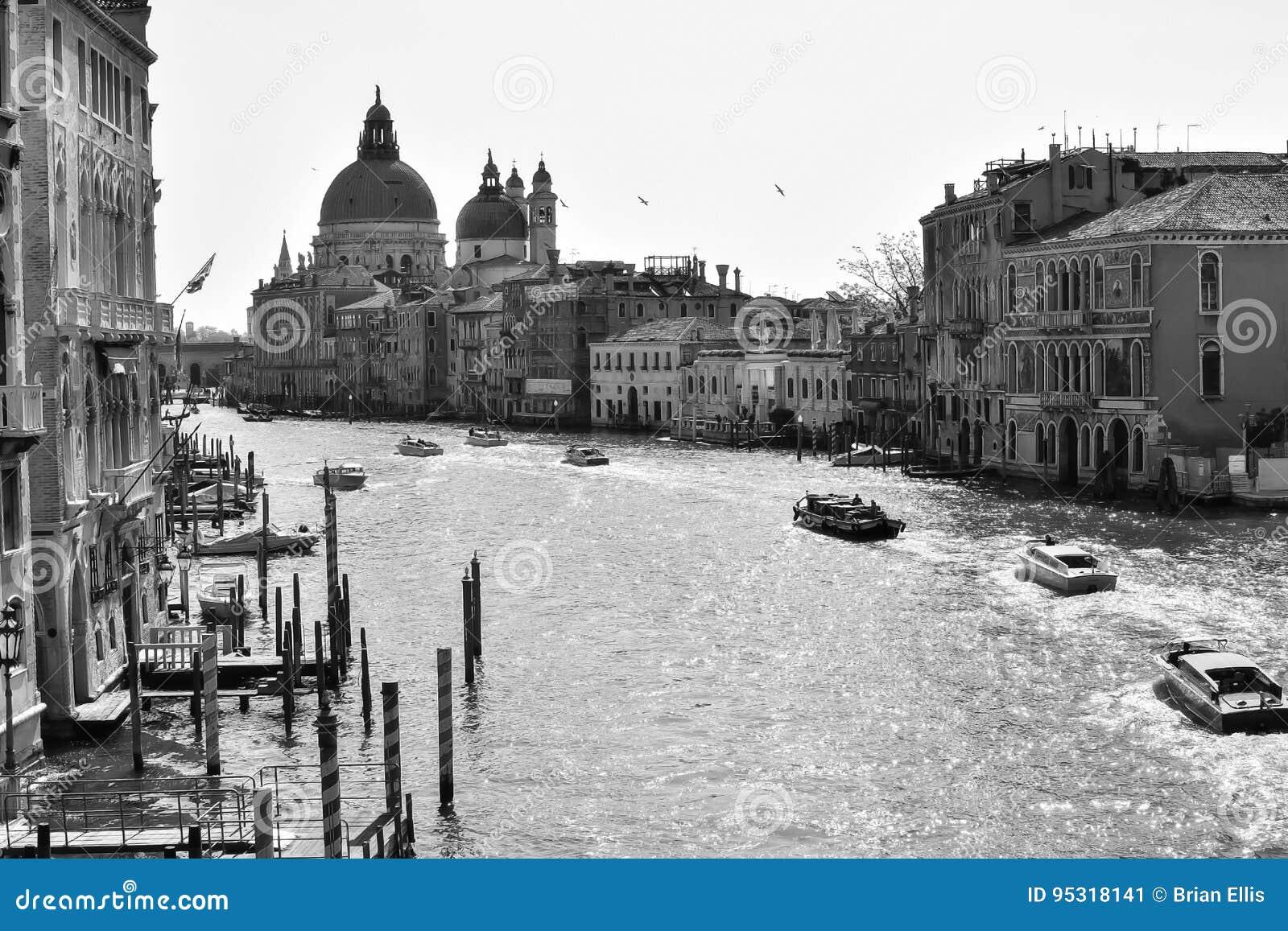 威尼斯运河、大厦和小船