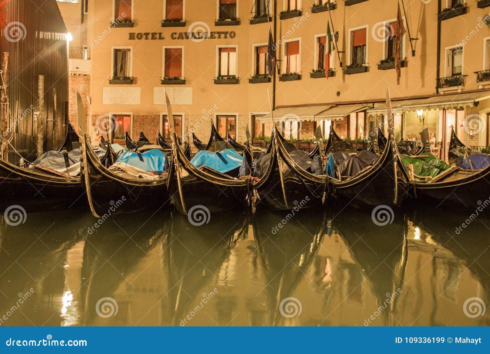 威尼斯运河和不尽的街道的美好的夜风景