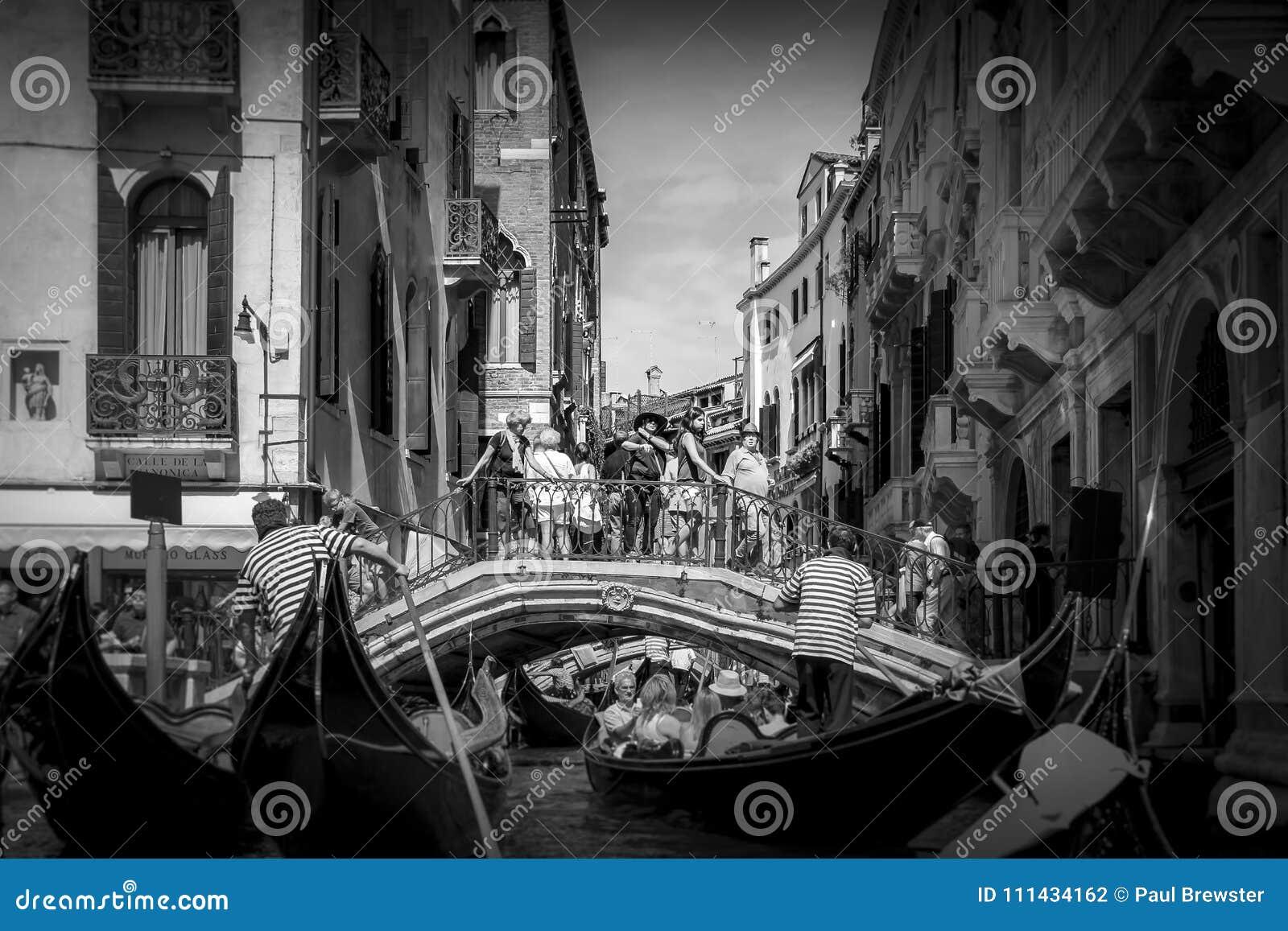 威尼斯运河和长平底船在黑白