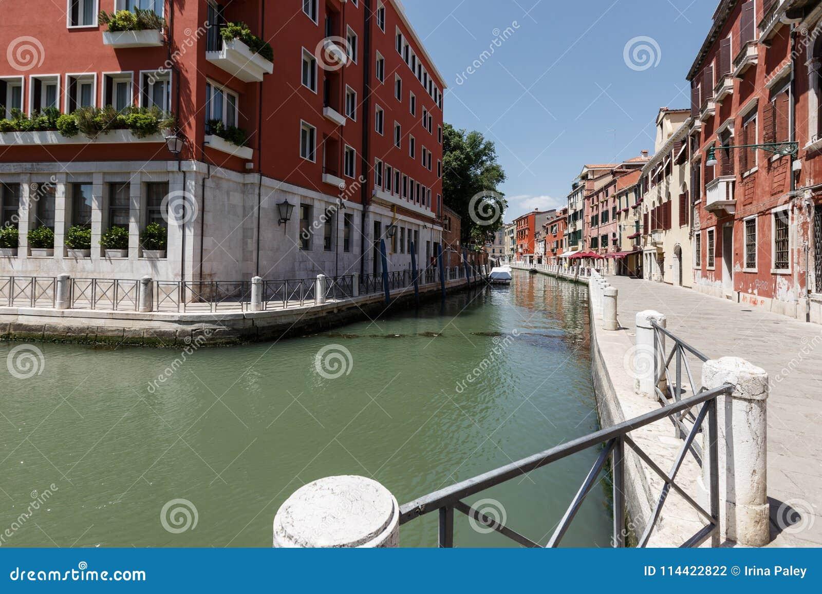 威尼斯运河的典型的看法  非常大厦之间的狭窄的距离