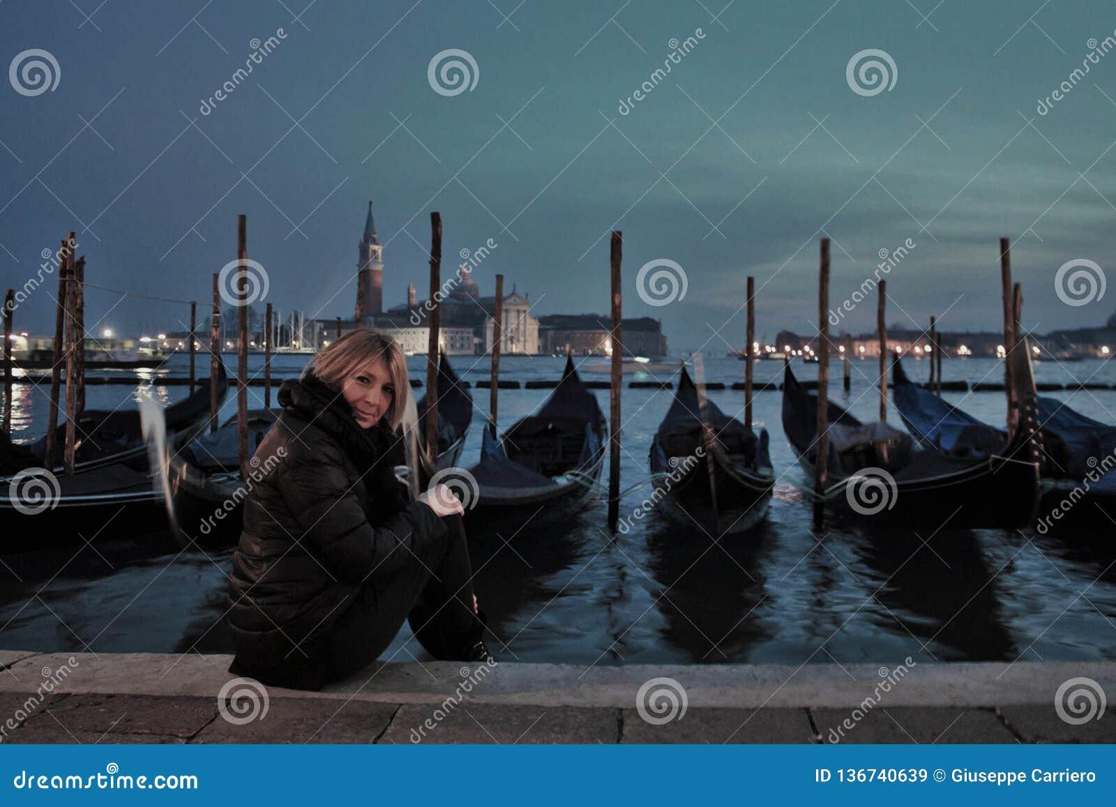 威尼斯,一个美丽的意大利城市,在不可思议的晚上 数百万游人现在参观了它