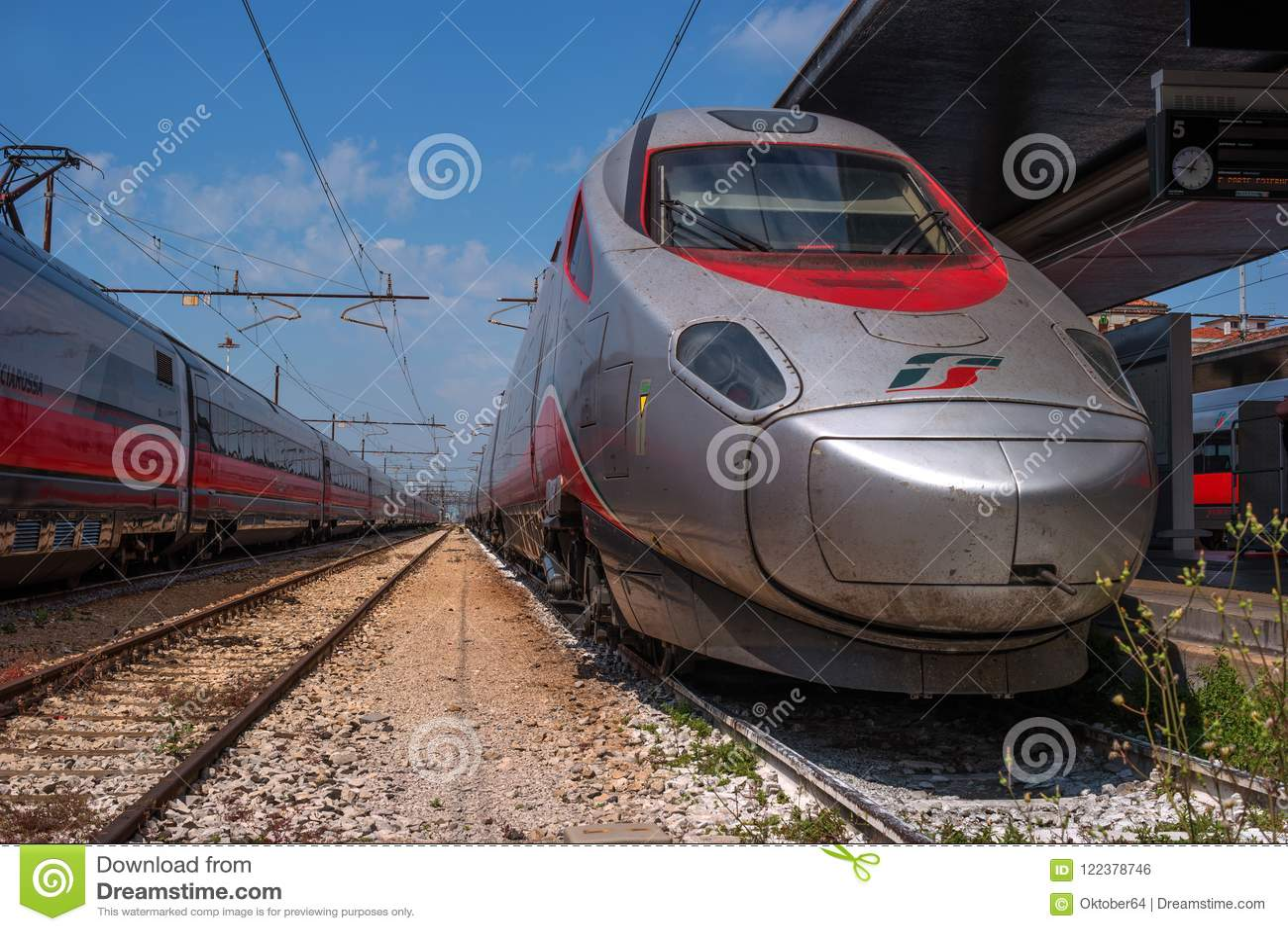威尼斯,意大利- 2018年5月08日:在威尼斯的火车站的高速火车Trenitalia 机车 Trenitalia是