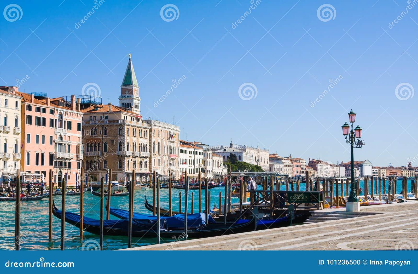 威尼斯,意大利- 3月28,2015 :长平底船在重创的运河的` s驻地在威尼斯