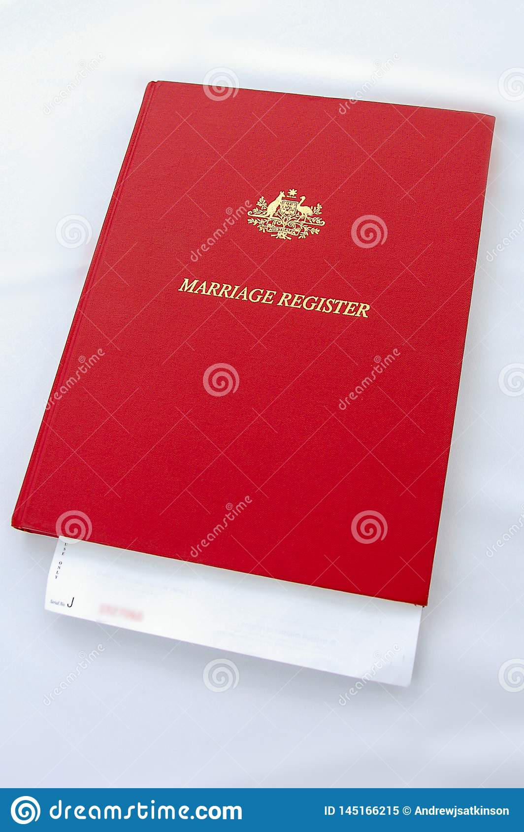 婚姻基于与白色桌布的一张桌的登记簿