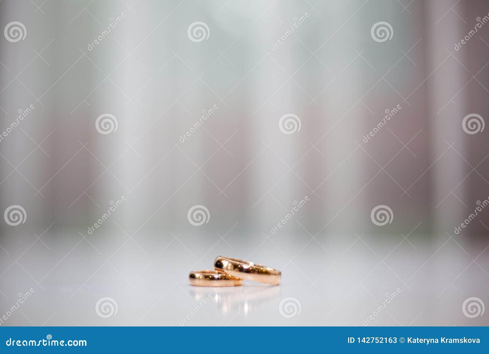 婚姻白色的背景明亮的环形
