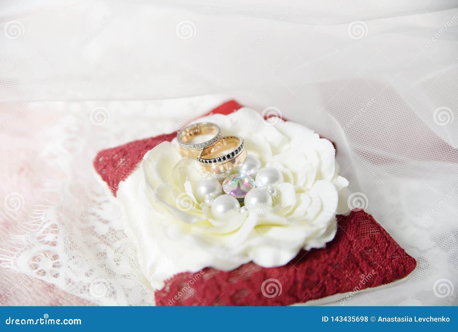 婚姻白色的背景明亮的环形 属性 假日,庆祝