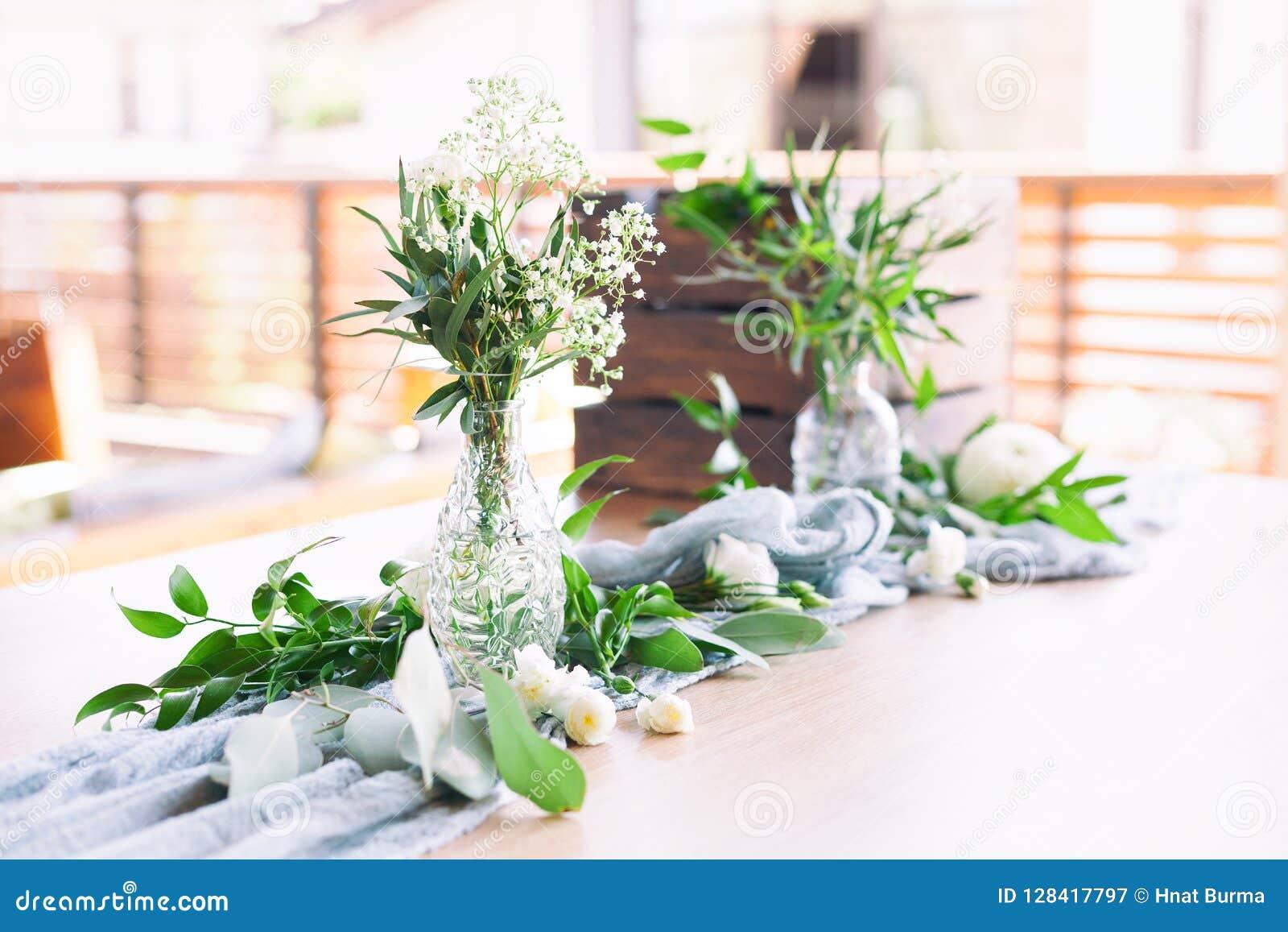 婚姻 洗礼 客人的表,盖用桌布,装饰用蜡烛,透明玻璃花瓶,鲜花