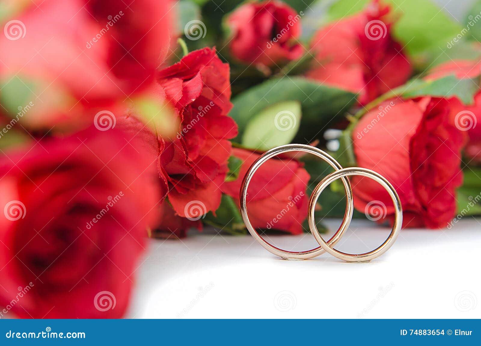 婚戒和花在白色背景