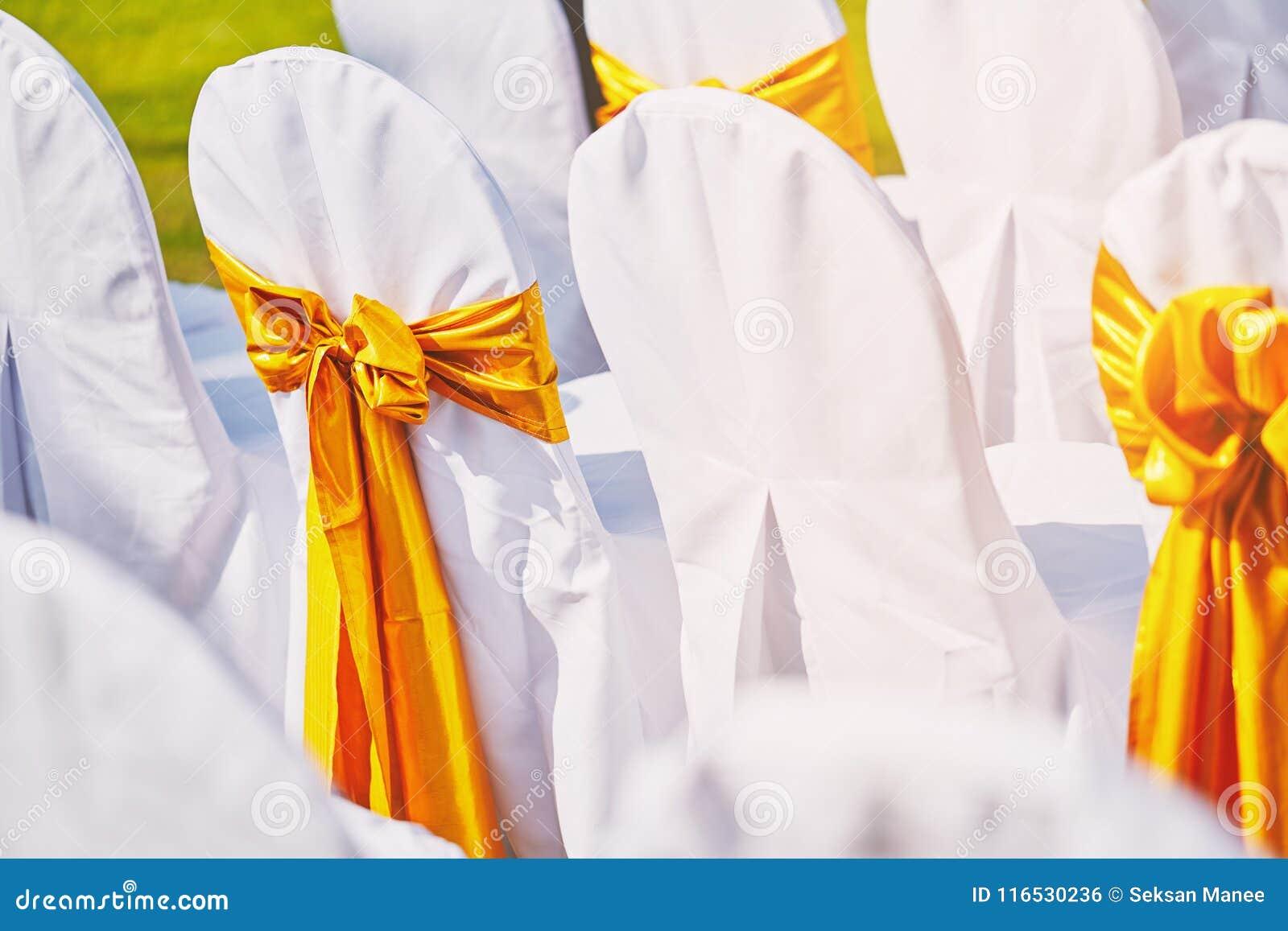 婚礼主持婚姻的地点的安排用与金透明硬沙的白色织物覆盖系数装饰