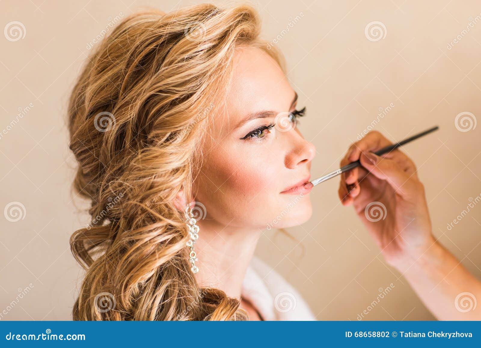 婚礼做补偿新娘的化妆师 户内美丽的性感的式样女孩 有卷发的秀丽白肤金发的妇女