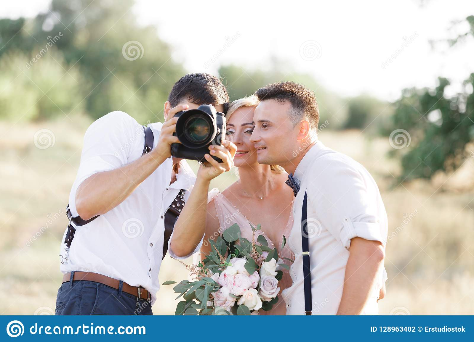 婚礼摄影师为新娘和新郎照相